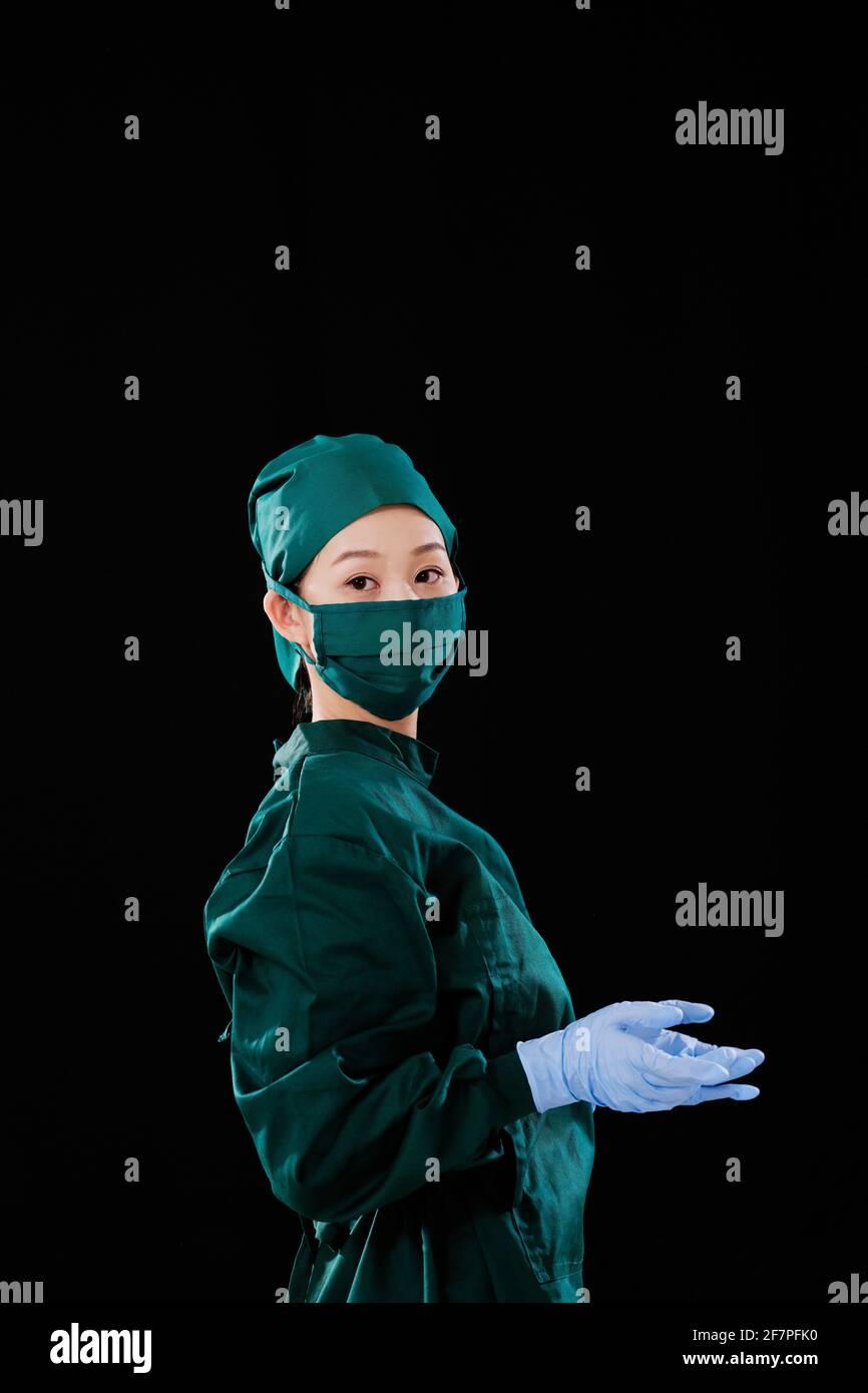 Ritratto di una giovane chirurgo che guarda la fotocamera Foto Stock