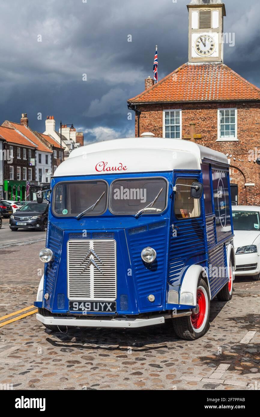 Il caratteristico 1958 Citroen H Van utilizzato da San Seb Coffee Outlet a Yarm, Inghilterra, Regno Unito ha parcheggiato su High Street. Foto Stock