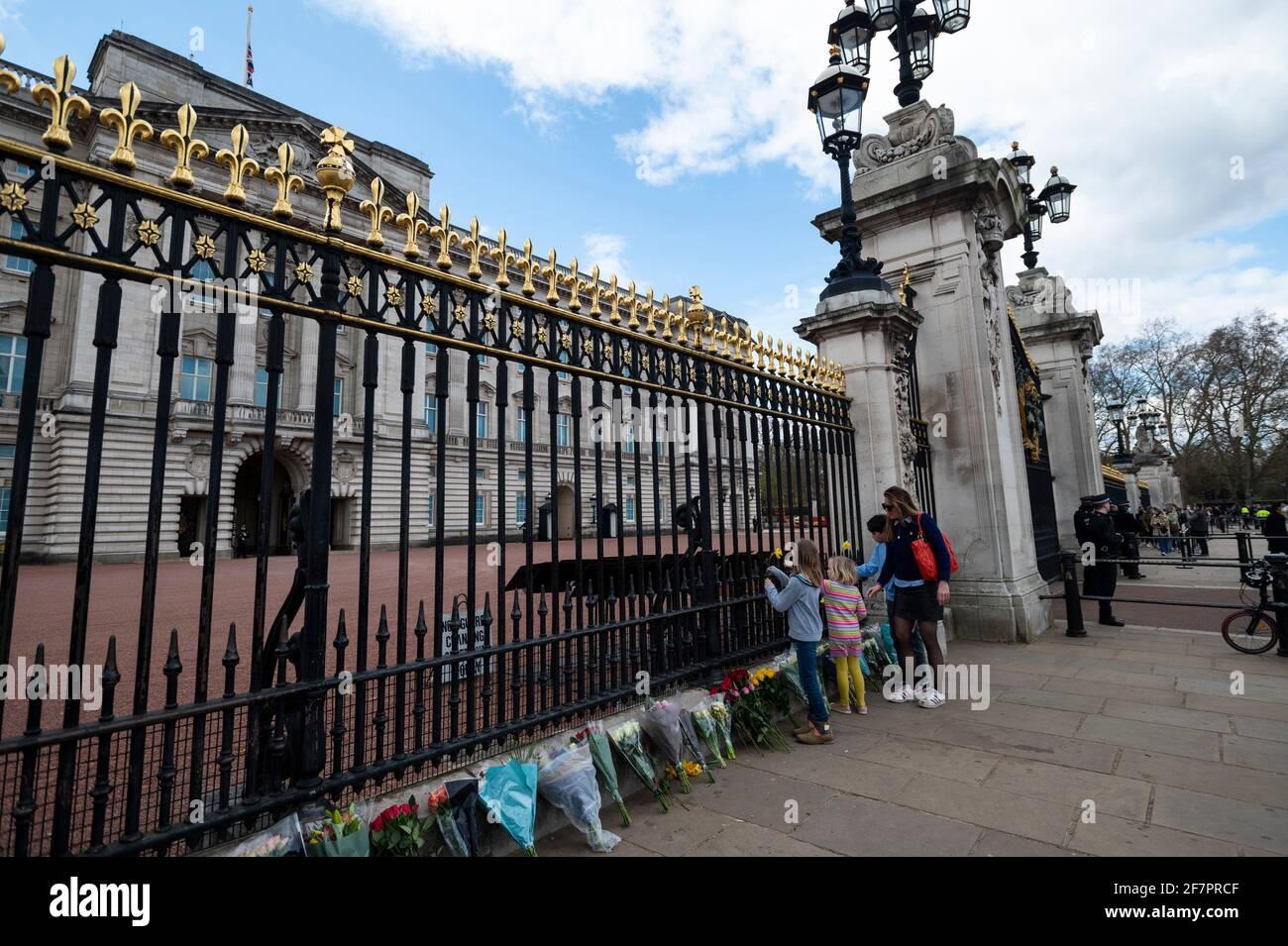 Londra, Regno Unito. 9 Apr 2021. Bene i wishers lasciano i fiori fuori Buckingham Palace dopo che la morte del principe Filippo, di età 99 anni, è stata annunciata. Credit: Stephen Chung/Alamy Live News Foto Stock