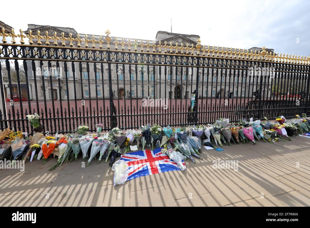 Londra, Regno Unito. 9 Apr 2021. Tributi floreali da parte della gente a Buckingham Palace dopo l'annuncio della morte del principe Filippo di credito: Paul Brown/Alamy Live News Foto Stock