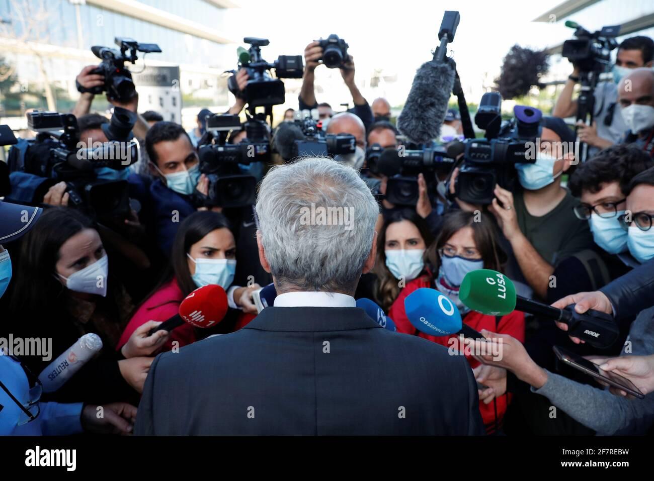 L'ex primo ministro portoghese, José Socrates, parla con i mezzi di comunicazione, mentre lascia il tribunale dopo aver sentito la regola che non si leverà in giudizio sulle accuse di corruzione a Lisbona, Portogallo, il 9 aprile 2021. REUTERS/Pedro Nunes Foto Stock