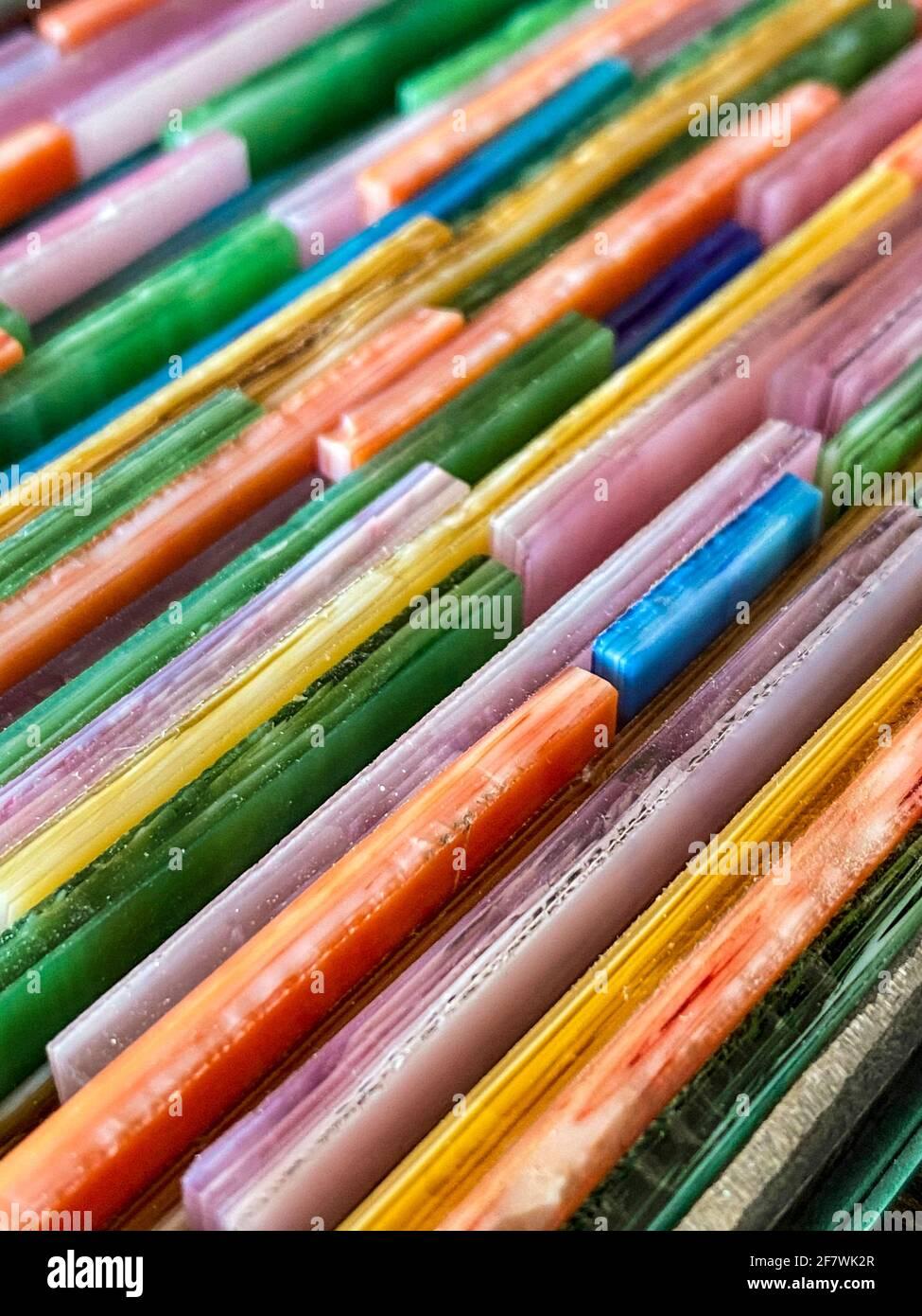 Colorati pezzi di vetro colorato. Mettere a fuoco in primo piano Foto Stock