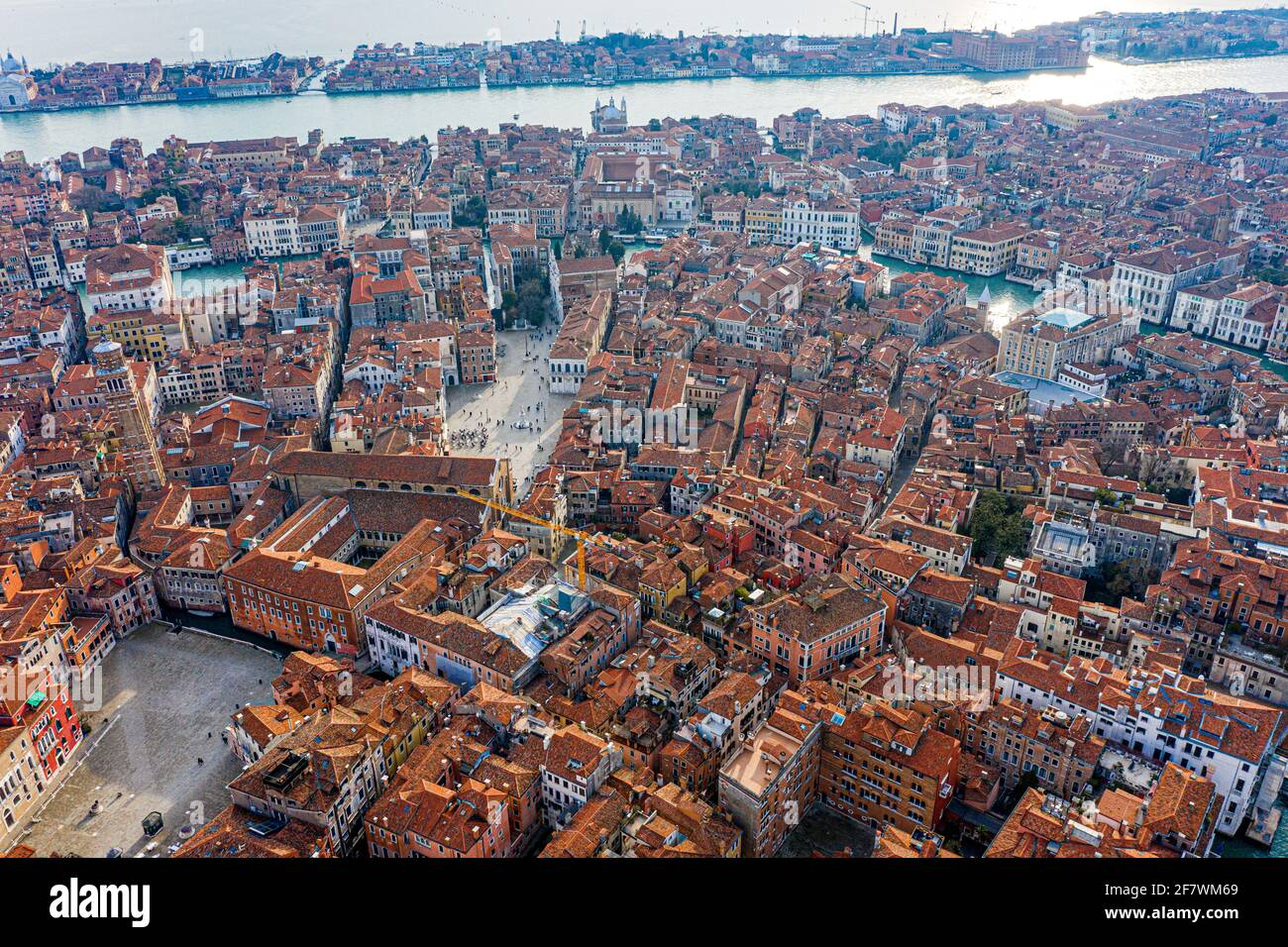 Vista dall'alto dei vecchi tetti di venizia e del Canal Grande, Venezia, Italia Foto Stock