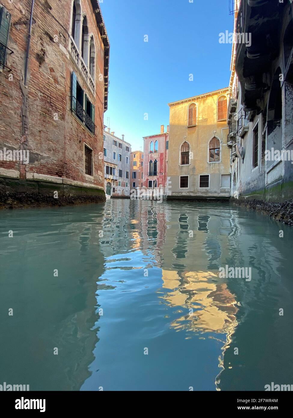Piccolo canale colorato a Venezia durante la crisi COVID-19, nessuna gente Foto Stock