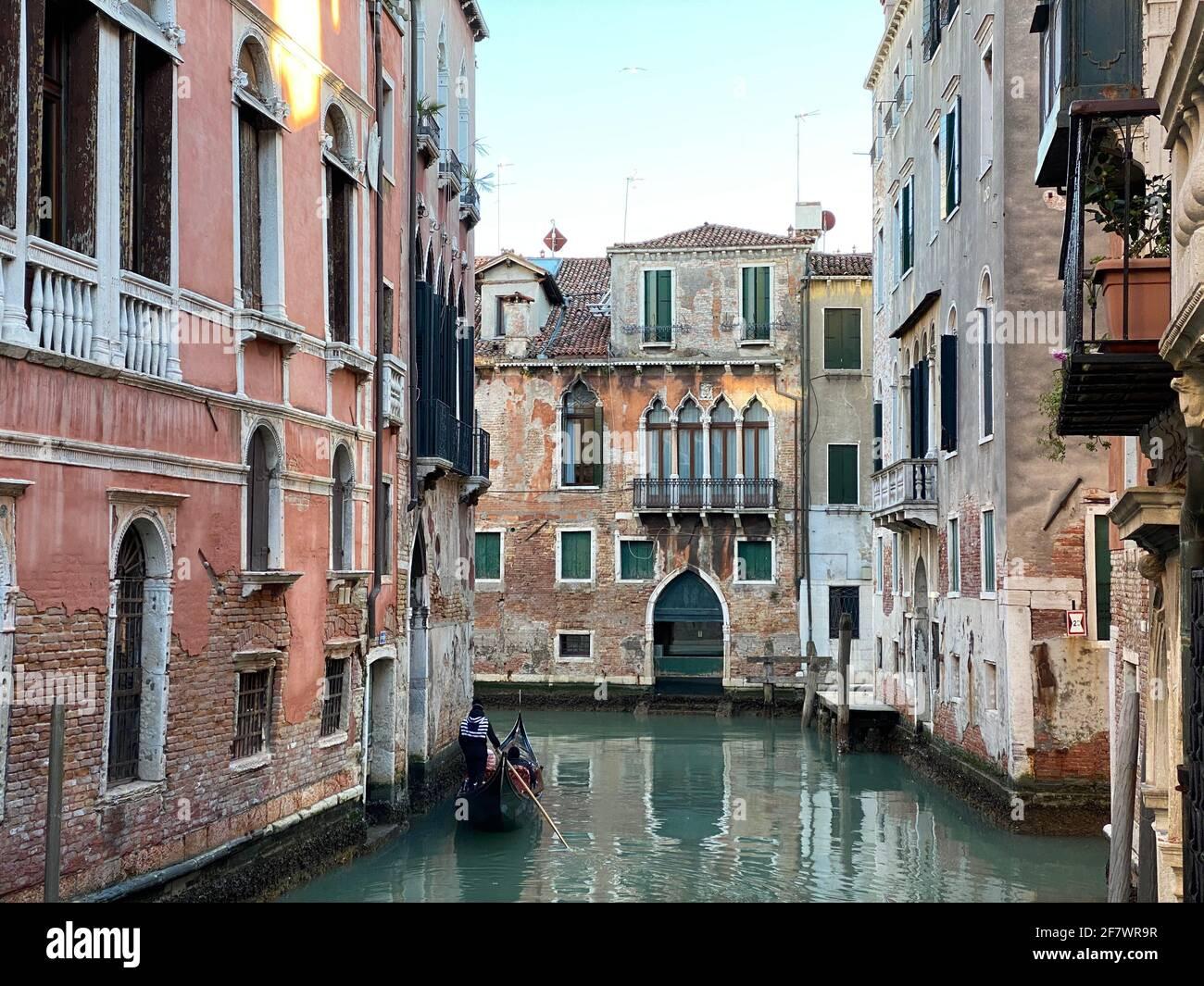 Visita turistica di Venezia in gondola su una piccola via del canale a Venezia, Italia Foto Stock
