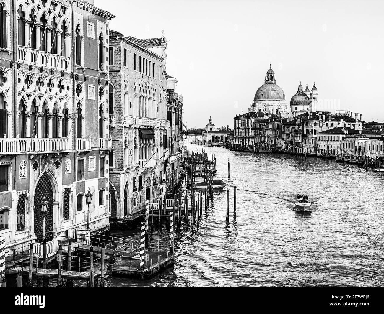Vista in bianco e nero del Canal Grande e della Basilica di Santa Maria della Salute dal Ponte dell'Accademia di Venezia Foto Stock