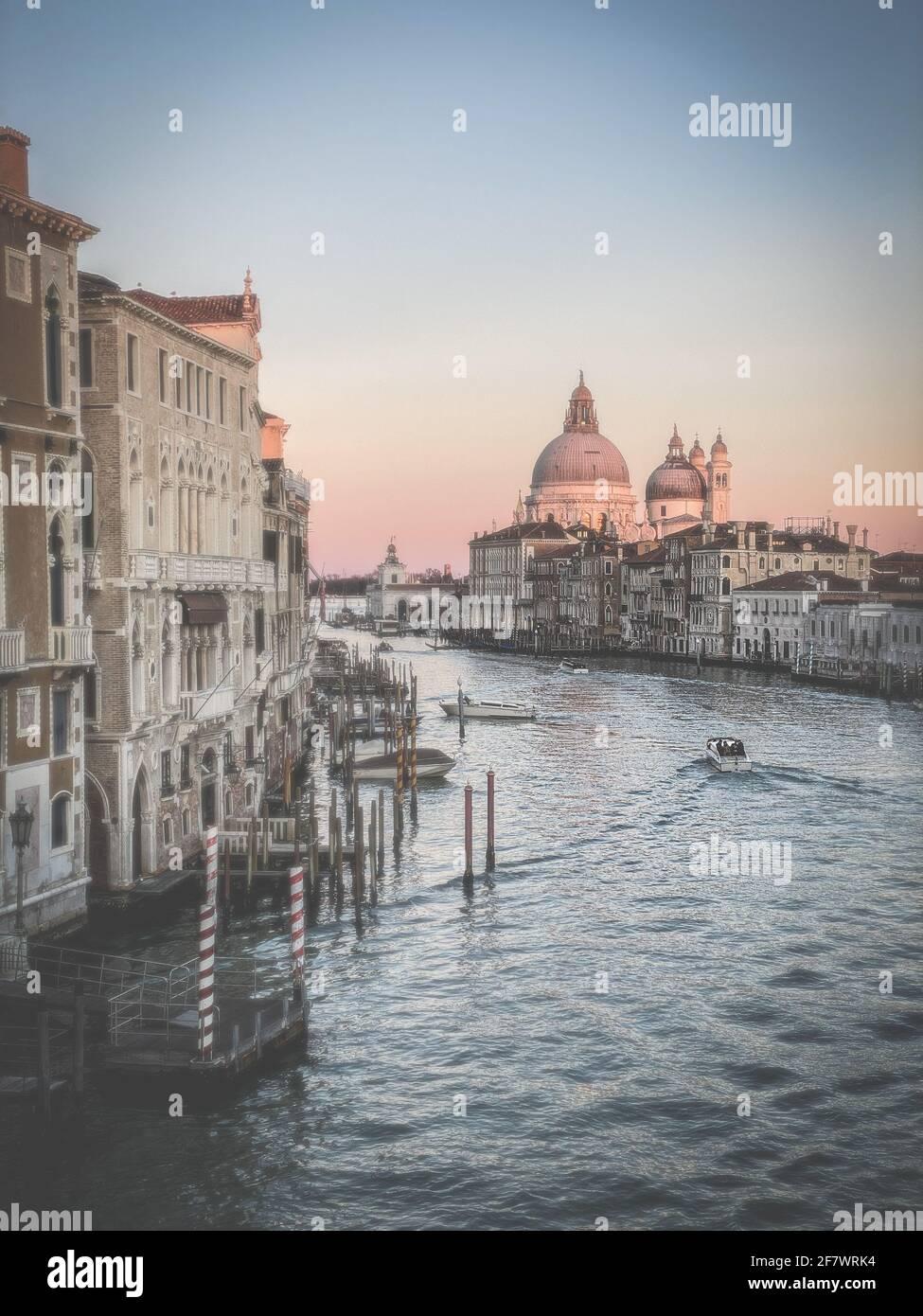 Vista sul Canal Grande e sulla Basilica di Santa Maria della Salute dal Ponte dell'Accademia di Venezia Foto Stock