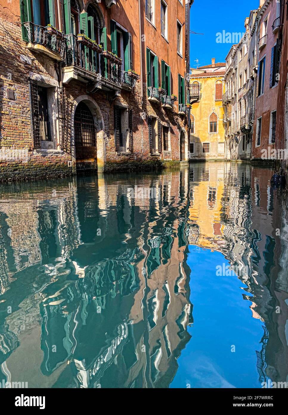Belle riflessioni d'acqua nel piccolo canale, Venezia, Italia Foto Stock