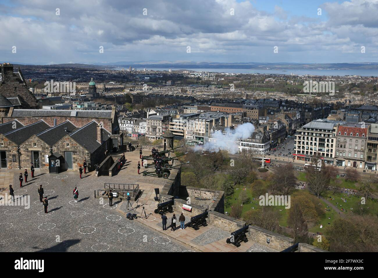 I membri del 105° Regiment Royal Artillery sparano un saluto da 41 armi al Castello di Edimburgo, per celebrare la morte del Duca di Edimburgo. Data immagine: Sabato 10 aprile 2021. Foto Stock
