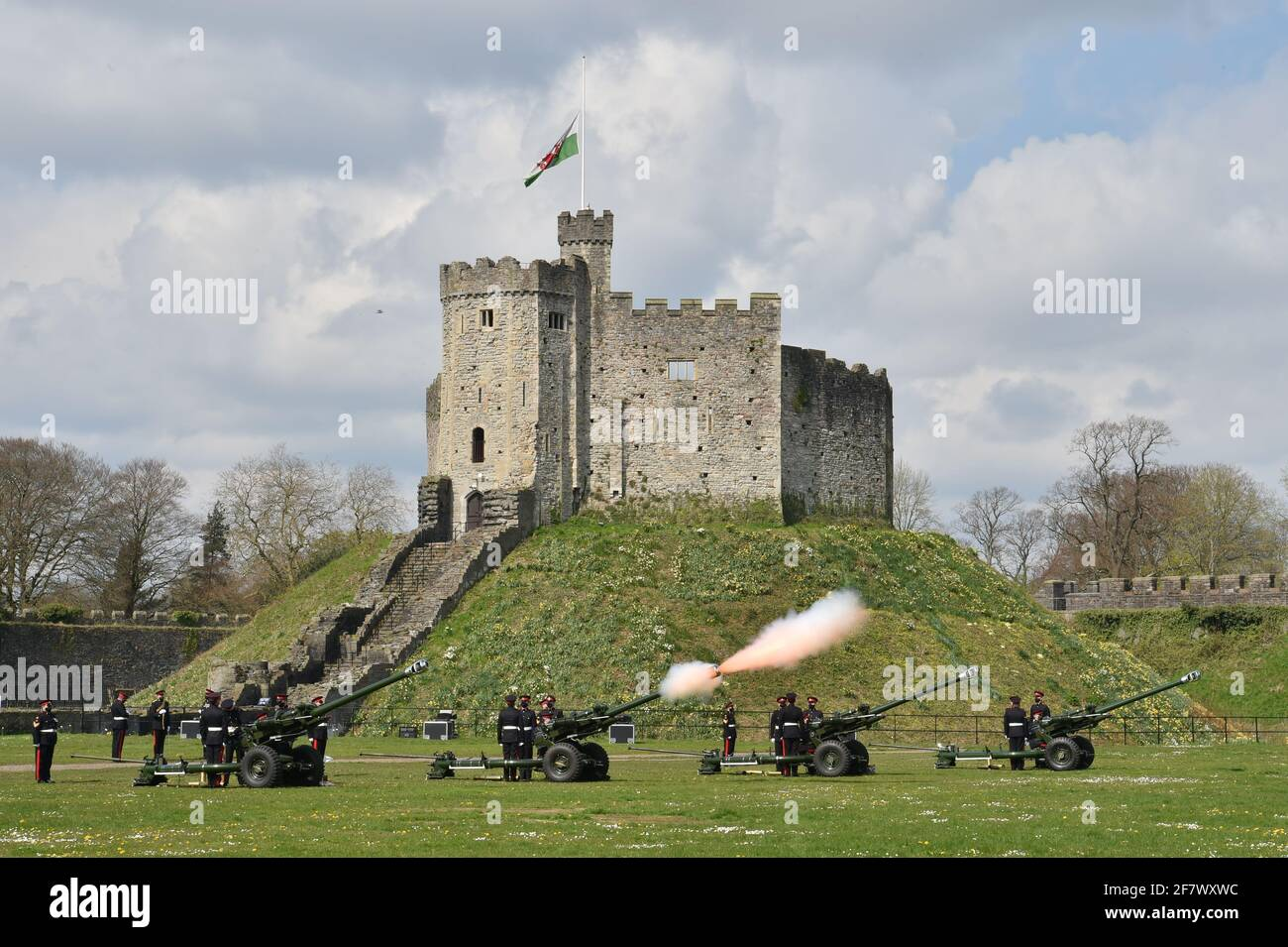 I membri del 104esimo Regiment Royal Artillery sparano un saluto di 41 armi nei terreni del Castello di Cardiff per celebrare la morte del Duca di Edimburgo. Data immagine: Sabato 10 aprile 2021. Foto Stock