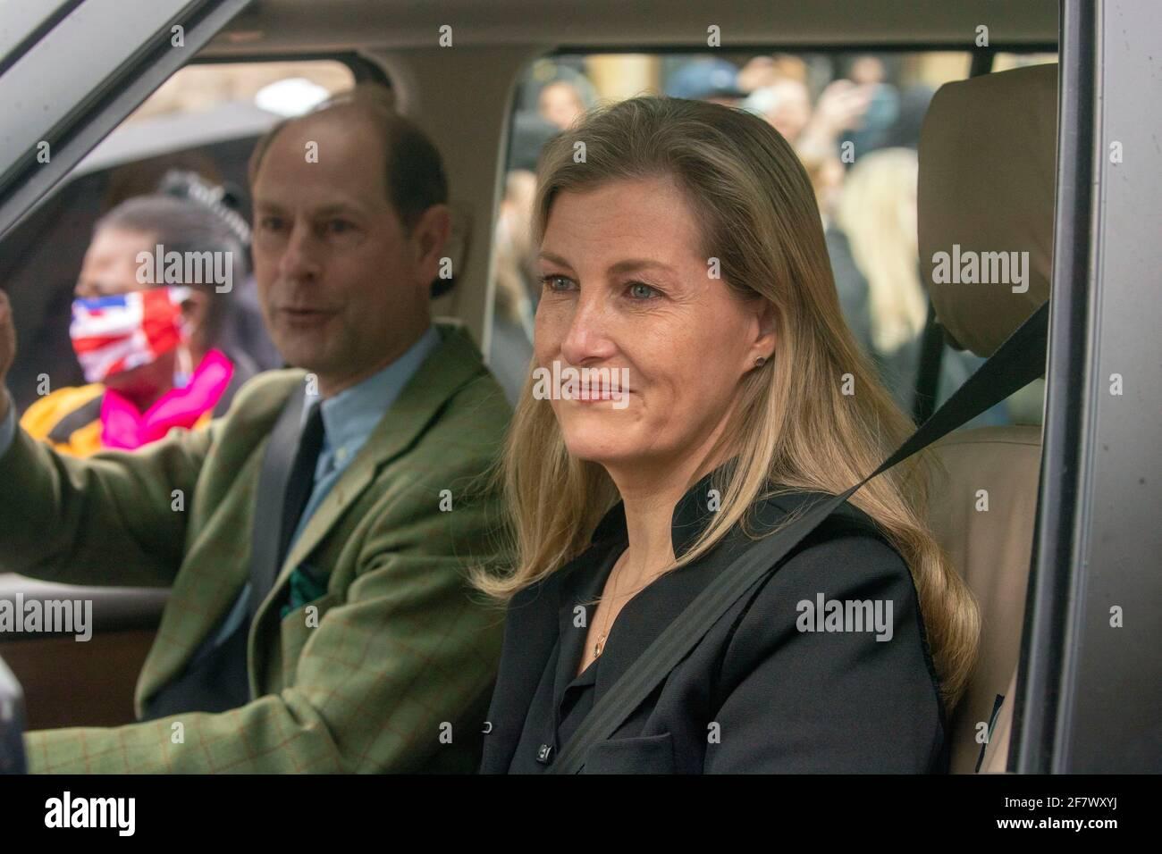 Il conte e la contessa di Wessex lasciano il Castello di Windsor, Berkshire, dopo l'annuncio della morte del duca di Edimburgo all'età di 99 anni. Data immagine: Sabato 10 aprile 2021. Foto Stock