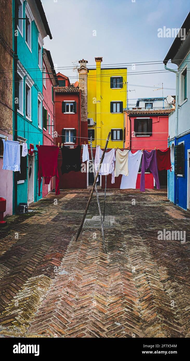 Lavanderia messo ad asciugare su un piccolo tradizionale e molto Luogo colorato sull'isola di Burano Foto Stock
