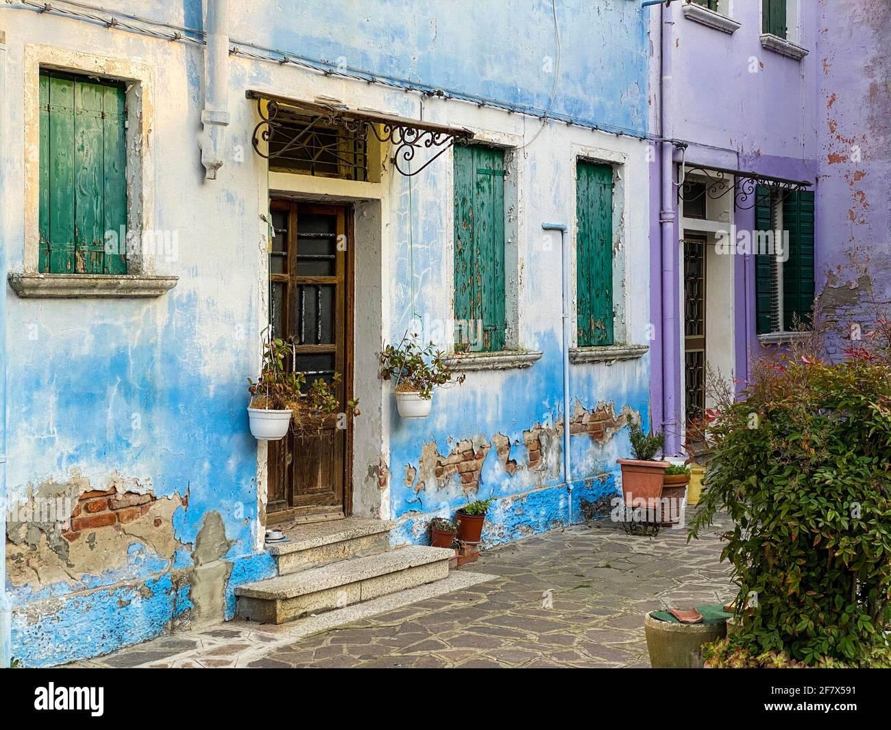 Case multicolori su una piccola piazza dell'isola di Burano, Venezia, Italia Foto Stock