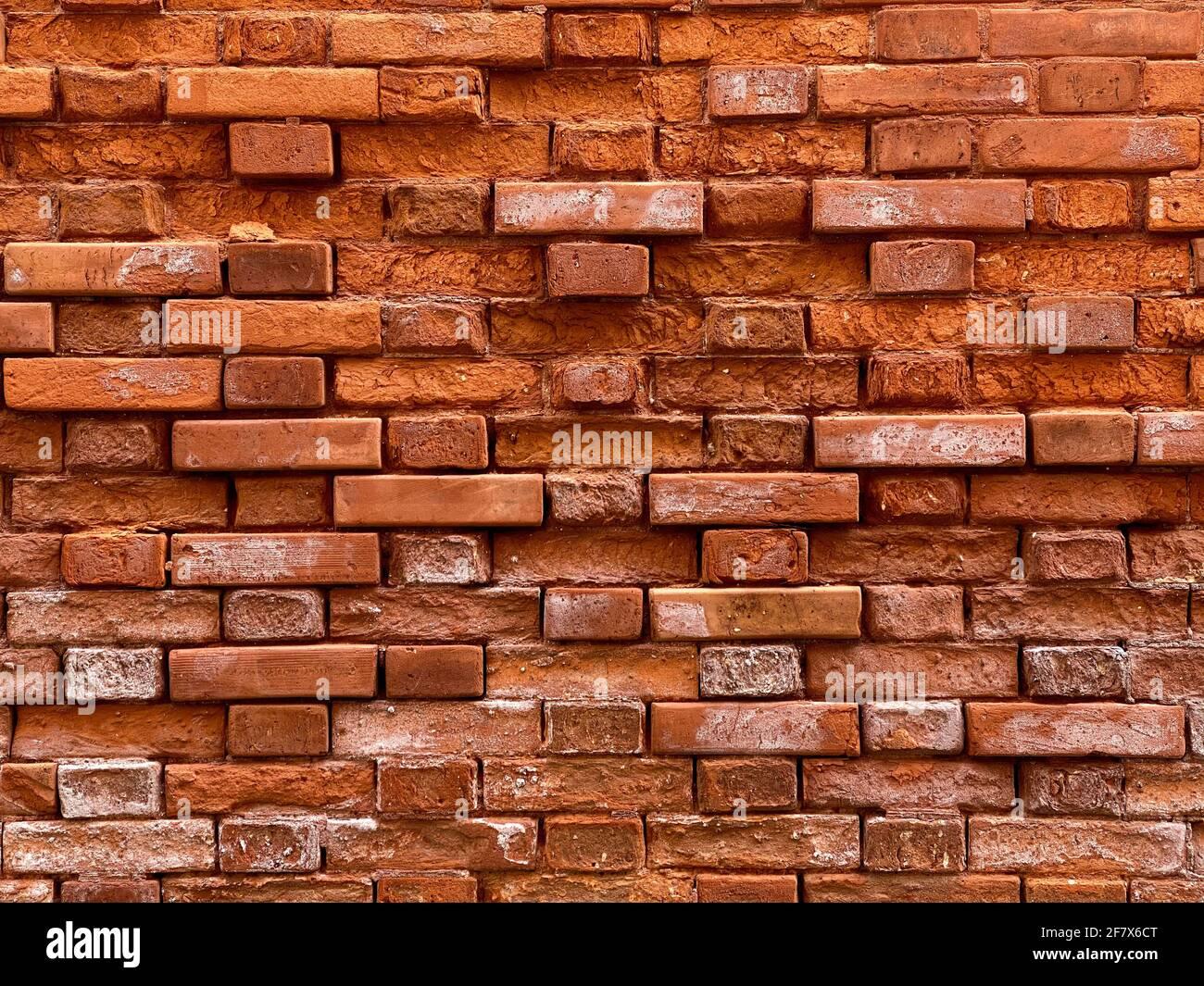 Parte orizzontale di un vecchio muro di mattoni rossi veneziani, sfondo, Foto Stock