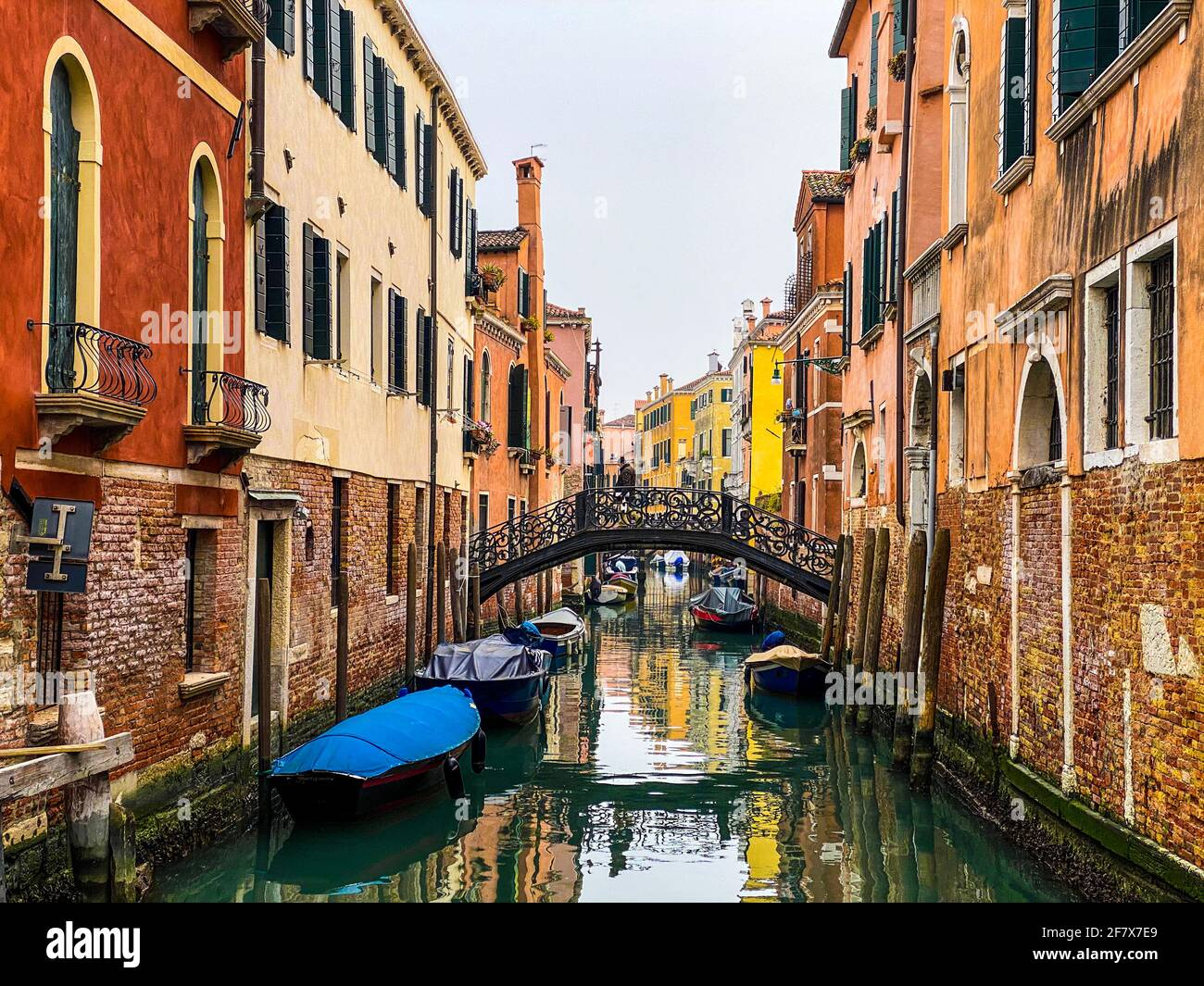 Persona irriconoscibile che cammina su un ponte a Venezia, Italia Foto Stock