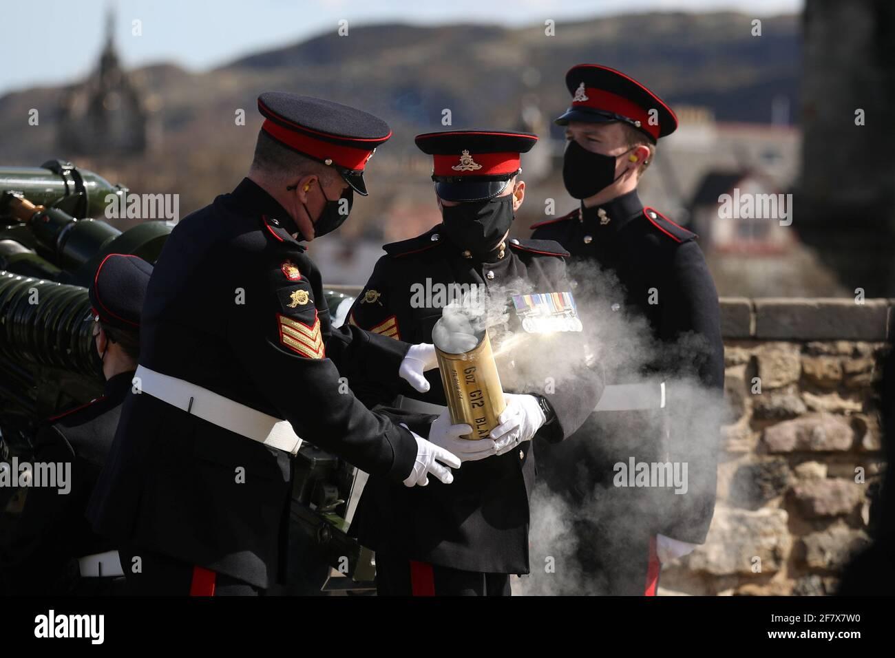 I membri del 105° Reggimento reale artiglieria sparano un saluto da armi per celebrare la morte del Principe Filippo, marito della Regina Elisabetta, al Castello di Edimburgo, in Gran Bretagna, il 10 aprile 2021. Andrew Milligan/Pool via REUTERS Foto Stock