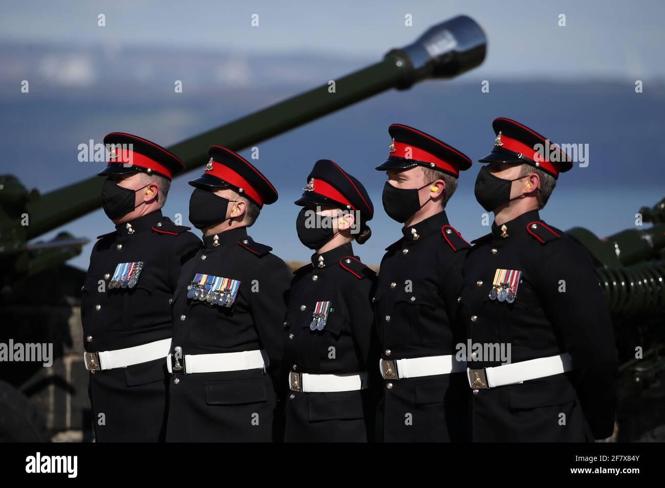 I membri del 105° Regiment Royal Artillery frequentano un saluto con armi da fuoco per celebrare la morte del Principe Filippo, marito della Regina Elisabetta, al Castello di Edimburgo, in Gran Bretagna, il 10 aprile 2021. Andrew Milligan/Pool via REUTERS Foto Stock