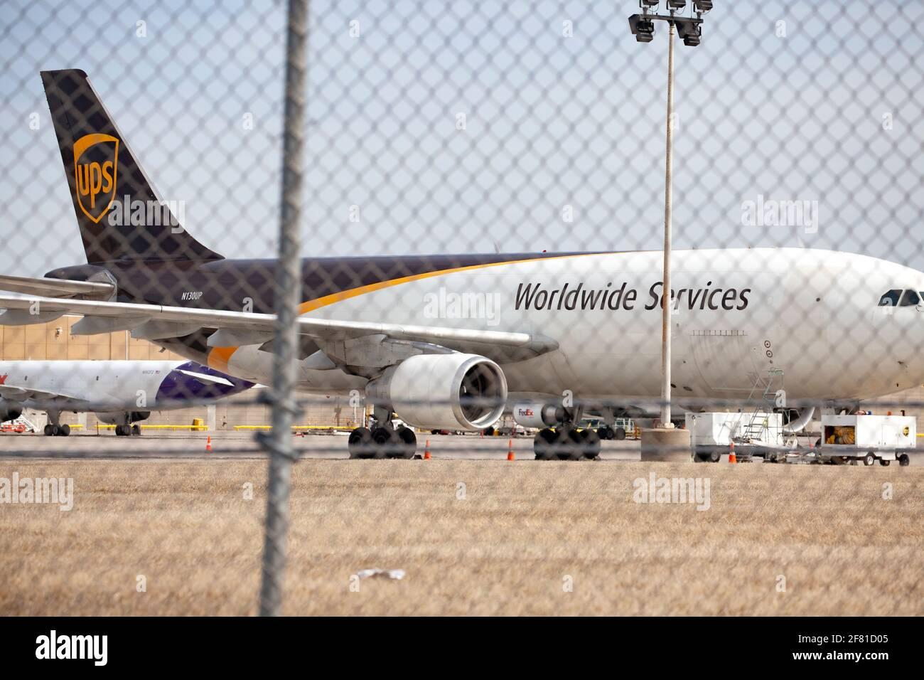 UPS Worldwide Services Airplane parcheggiato in grembiule presso l'aeroporto internazionale St Paul di Minneapolis. Minneapolis, Minnesota, Stati Uniti Foto Stock