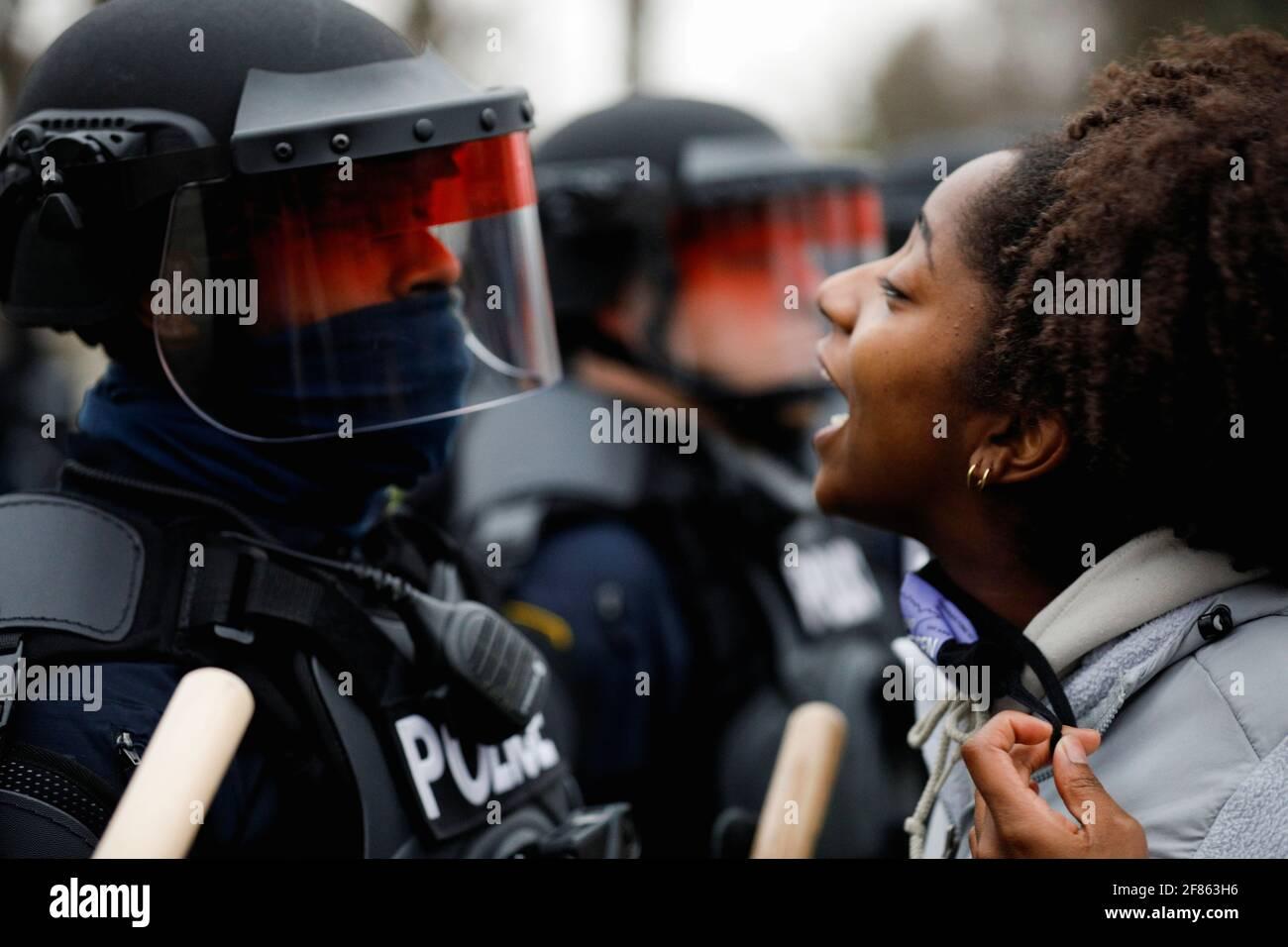 Un manifestante affronta la polizia durante una protesta dopo che la polizia avrebbe sparato e ucciso un uomo, che i media locali sono identificati dalla madre della vittima come Daunte Wright, nel Brooklyn Center, Minnesota, Stati Uniti, aprile 11, 2021. REUTERS/Nick Pfosi Foto Stock