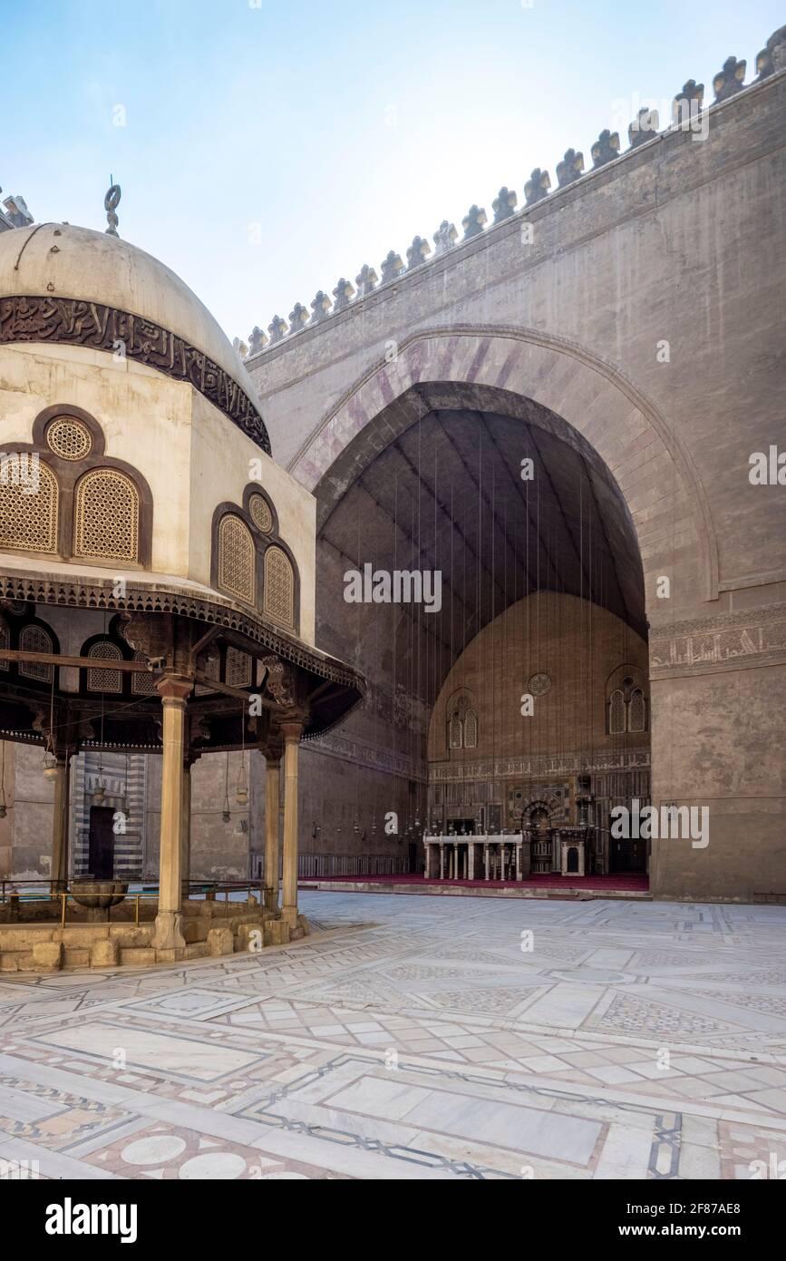 Vista verso qibla iwan, complesso Sultan Hasan, il Cairo Foto Stock