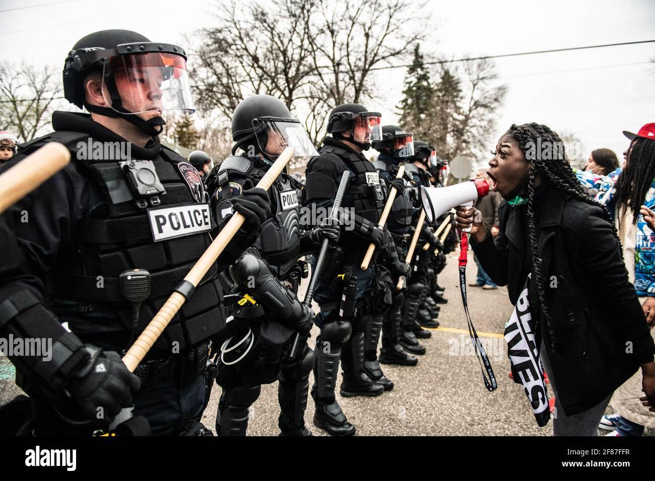 Brooklyn Center, Minnesota, 11 aprile 2021, i manifestanti si presentano vicino all'angolo tra Katherene Drive e 63rd Ave North il 11 aprile 2021 a Brooklyn Center, Minnesota, dopo l'uccisione di Daunte Wright. Foto: Chris Tuite/ImageSPACE /MediaPunch Foto Stock