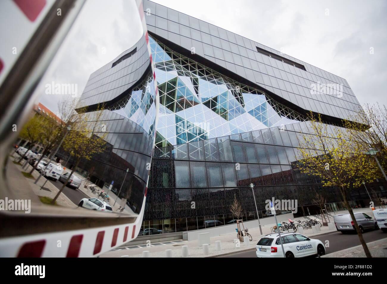 Berlino, Germania. 12 Aprile 2021. Il nuovo edificio Axel Springer si riflette in uno specchio stradale. Credit: Christoph Soeder/dpa/Alamy Live News Foto Stock