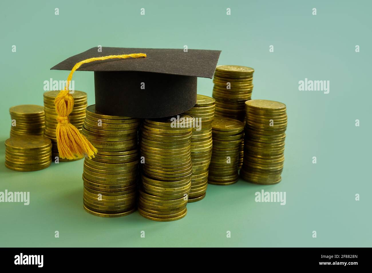 Risparmio per il concetto di istruzione. Tappo graduato e denaro. Foto Stock