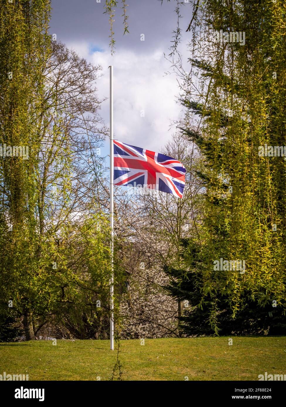 Bandiera Union Jack che vola a metà albero Foto Stock