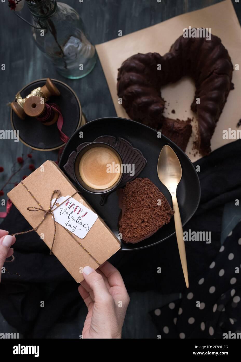 Tagged San Valentino dono essere sciolti da mani di donna. Foto Stock