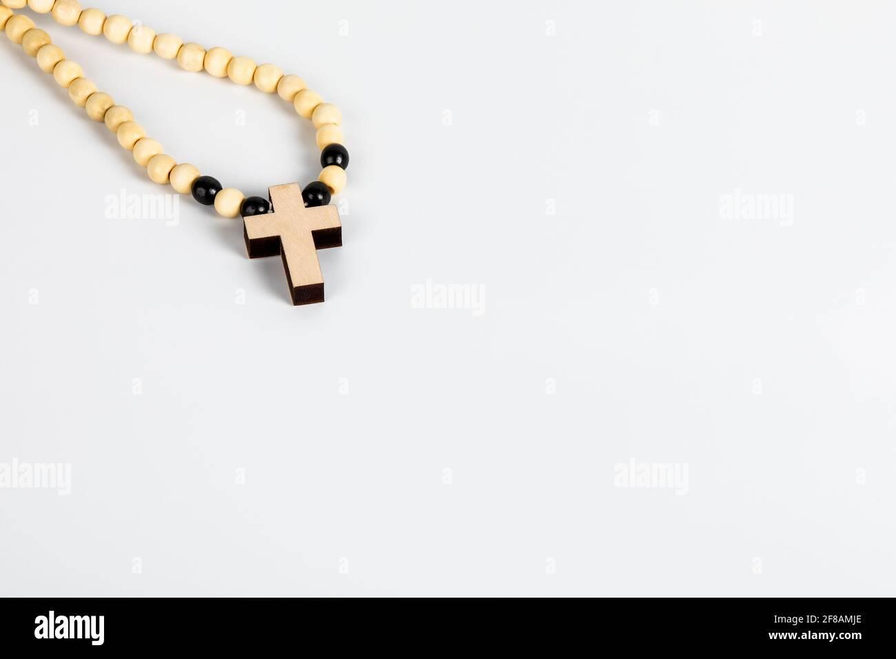 Croce di legno su sfondo bianco. Spazio di copia. Foto Stock