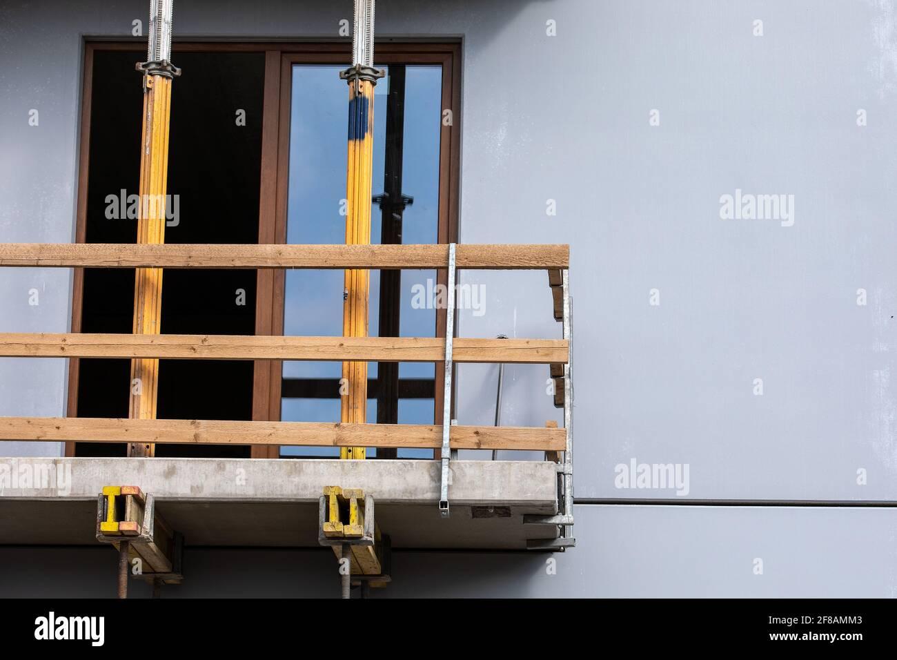 Cantiere, costruzione di case di appartamenti. Balcone e strutture. Sicurezza sul lavoro. Foto Stock