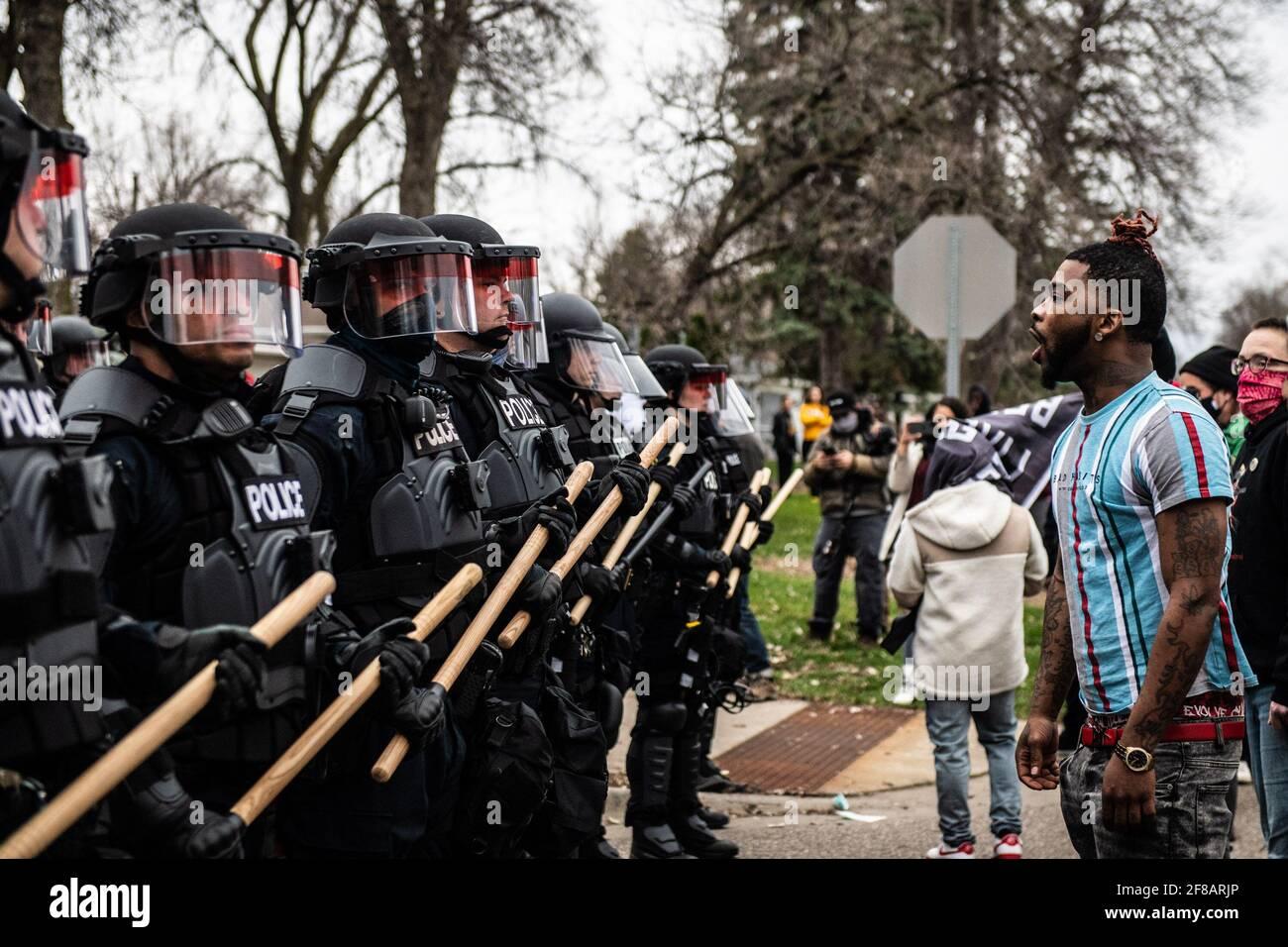 Brooklyn Center, Stati Uniti. 11 Apr 2021. I manifestanti si manifestano vicino all'angolo tra Katherene Drive e 63rd Ave North il 11 aprile 2021 a Brooklyn Center, Minnesota, dopo l'uccisione di Daunte Wright. Foto: Chris Tuite/ImageSPACE Credit: Imagespace/Alamy Live News Foto Stock