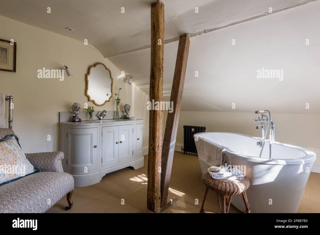 Travi Tudor originali in una casa colonica ristrutturata di grado II Foto Stock
