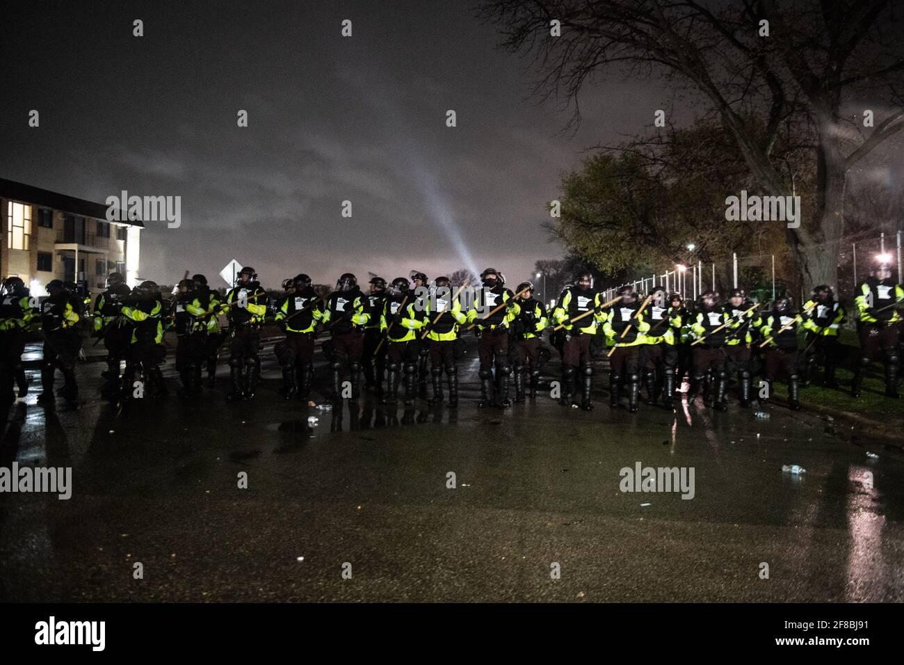 Brooklyn Center, Minnesota, 12 aprile 2021, i manifestanti e gli ufficiali di polizia si scontrano fuori dal Brooklyn Center Police Department il 12 aprile 2021 a Brooklyn Center, Minnesota, dopo l'uccisione di Daunte Wright. Foto: Chris Tuite/ImageSPACE /MediaPunch Foto Stock