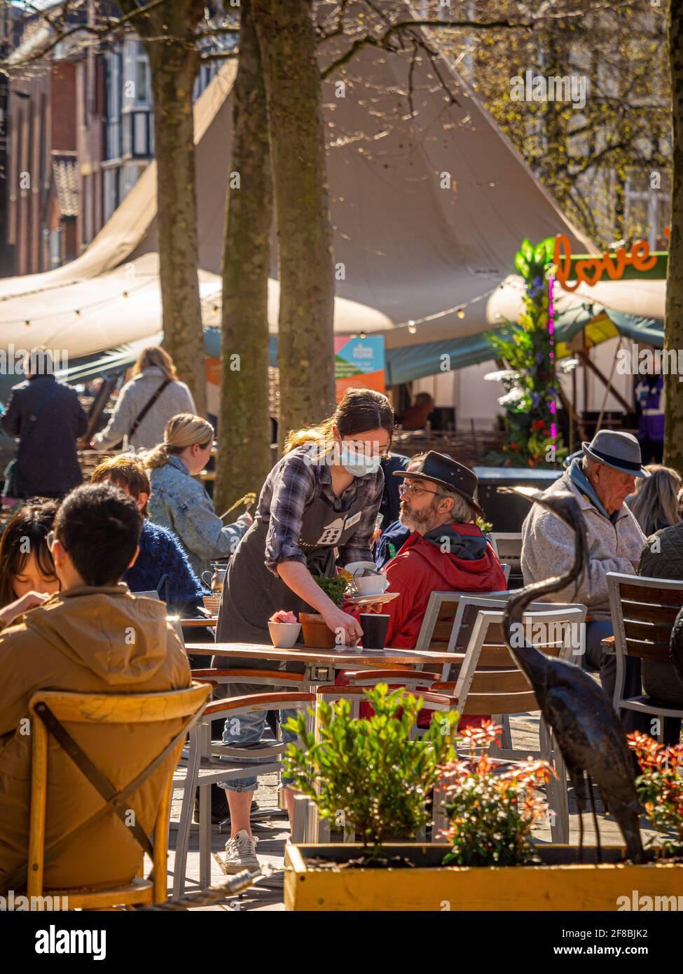 Le persone si divertono a incontrarsi all'aperto nei bar e nei bar del centro di York dopo aver alleggerito le restrizioni di blocco dovute al covid-19, aprile 2021. Foto Stock