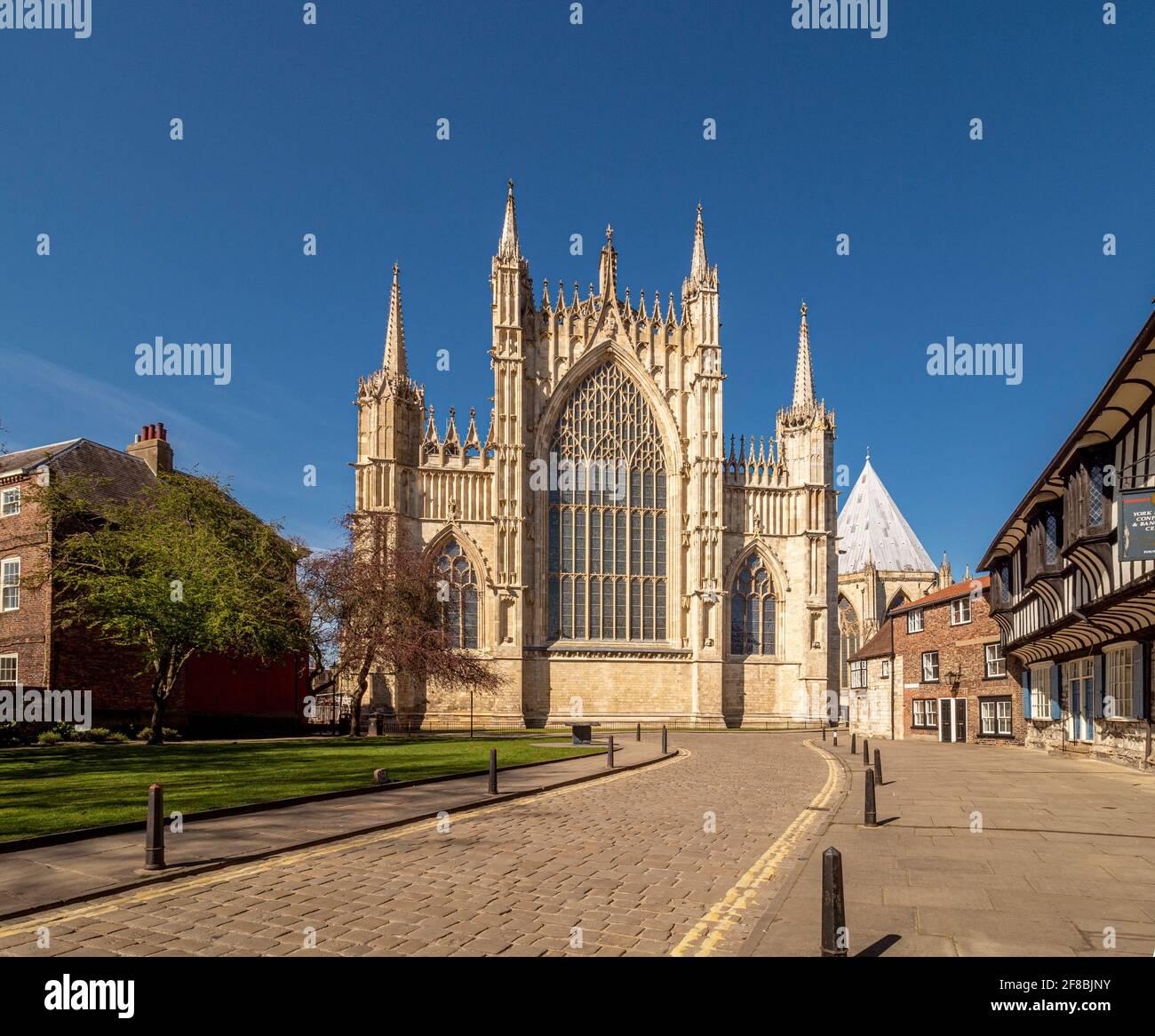 La Grande finestra Est di York Minster visto da una deserta College Street, York, Regno Unito. Foto Stock