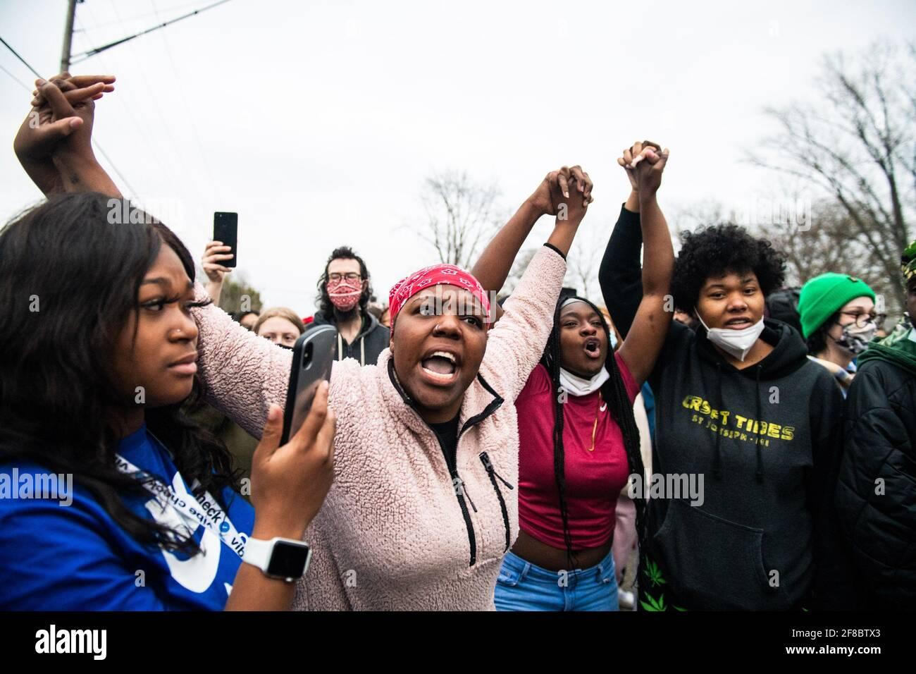 I manifestanti si manifestano vicino all'angolo tra Katherene Drive e la 63rd Ave North il 11 aprile 2021 a Brooklyn Center, Minnesota, dopo la morte di Daunte Wright. Foto: Chris Tuite/ImageSPACE/Sipa USA Foto Stock