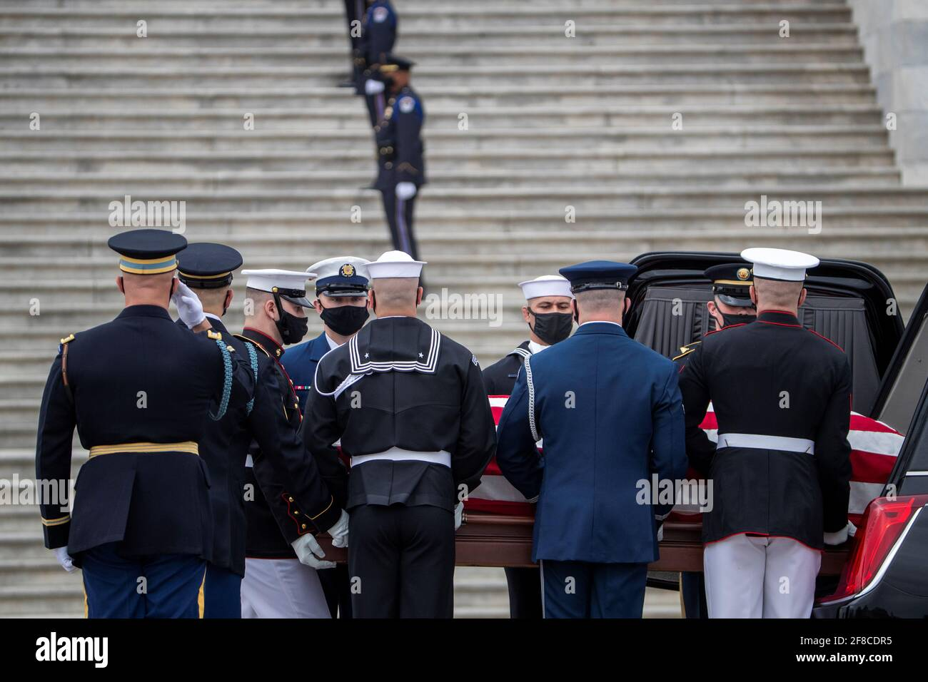 Il cofanetto dell'ufficiale della polizia del Campidoglio degli Stati Uniti William 'Billy' Evans è portato da una guardia d'onore del servizio congiunto nel Campidoglio degli Stati Uniti a Washington, DC, Stati Uniti 13 aprile 2021. Shawn Thew/Pool via REUTERS Foto Stock