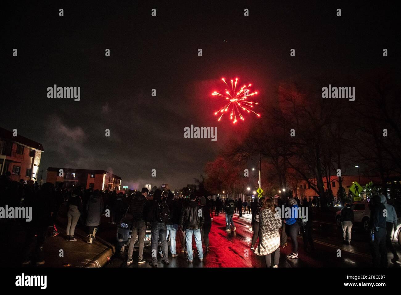 Brooklyn Center, Stati Uniti. 12 Aprile 2021. I manifestanti e gli ufficiali di polizia si scontrano fuori dal Brooklyn Center Police Department il 12 aprile 2021 a Brooklyn Center, Minnesota, dopo l'uccisione di Daunte Wright. Foto: Chris Tuite/ImageSPACE Credit: Imagespace/Alamy Live News Foto Stock