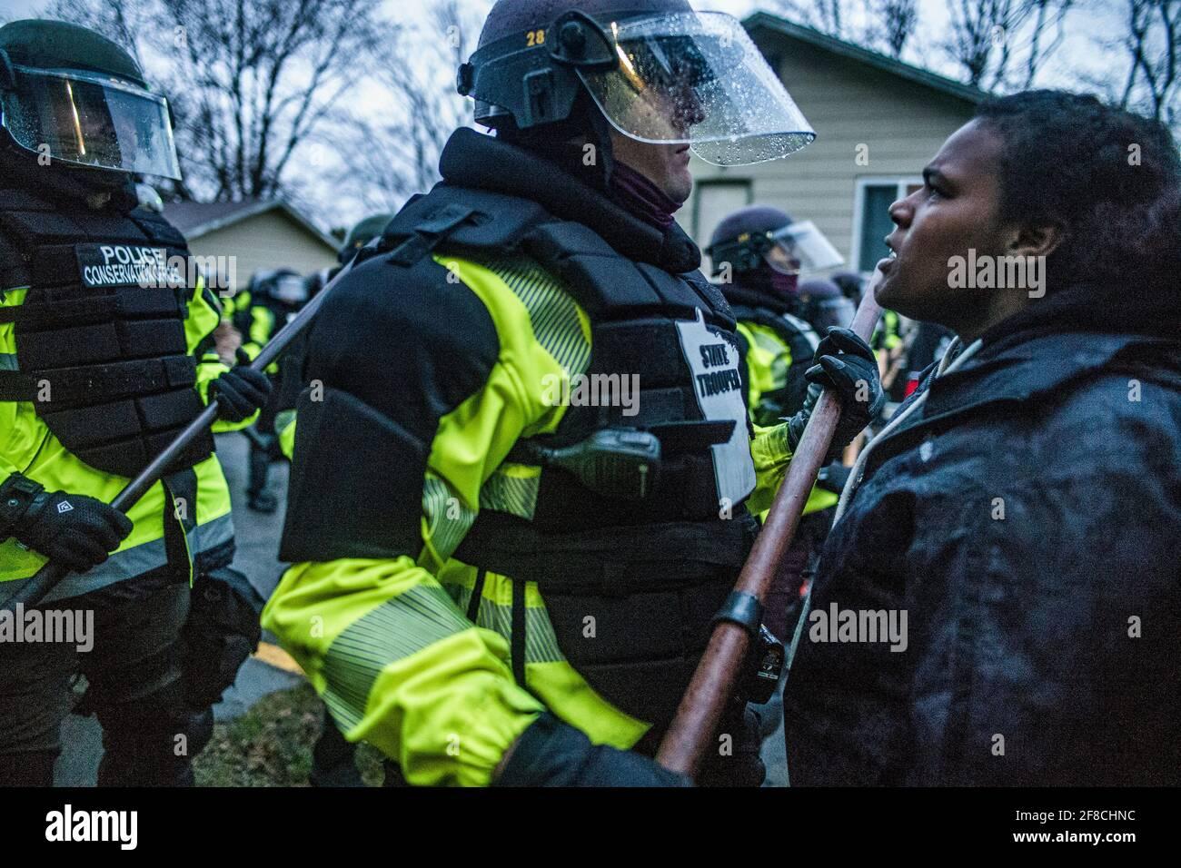 I manifestanti si scontrarono con la polizia per la morte a fuoco di Daunte Wright in un rally al Brooklyn Center Police Department il 12 aprile 2021 a Brooklyn Center, Minnesota. (Foto di Richard Tsong-Taatarii/Minneapolis Star Tribune/TNS/Sipa USA) Foto Stock