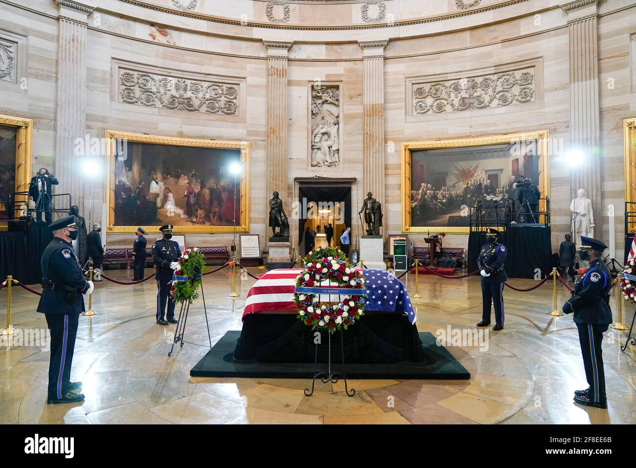 "Washington, Stati Uniti d'America. 13 Apr 2021. Una guardia d'onore della polizia del Campidoglio degli Stati Uniti circonda il casket di ufficiale della polizia del Campidoglio degli Stati Uniti William ""Billy"" Evans mentre si trova in onore al Campidoglio a Washington, martedì 13 aprile 2021.Credit: Jacquelyn Martin/Pool via CNP 