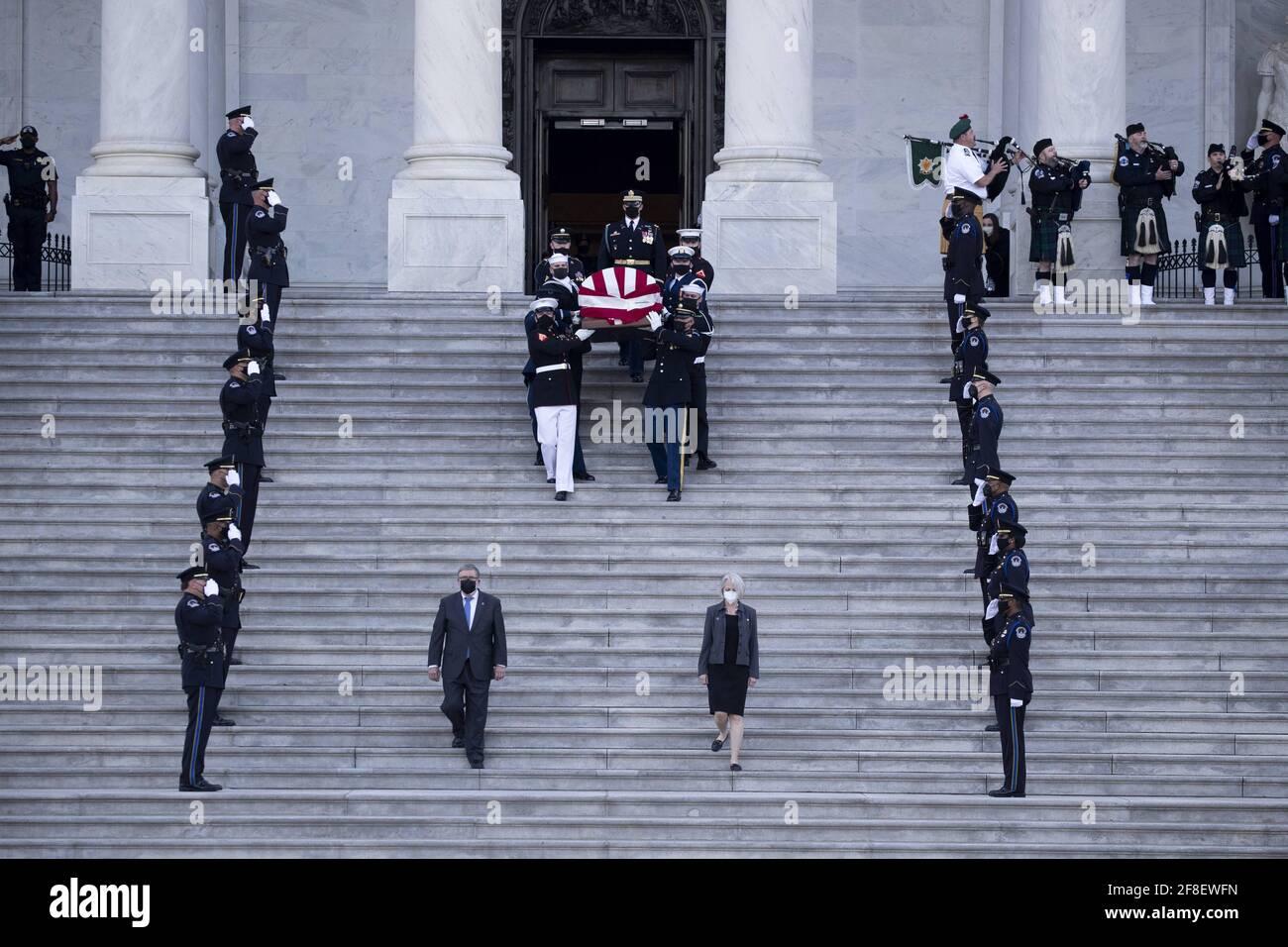 Il cazzo dell'ufficiale della polizia del Campidoglio americano William Evans è portato da una guardia d'onore del servizio congiunto lungo i gradini del fronte est del Campidoglio degli Stati Uniti dopo essere stato in onore nella Capitol Rotunda, a Washington, DC, USA, il 13 aprile 2021. Una 'tributa e la cerimonia di menzogna in onore' si è svolta per l'ufficiale Evans, che è stato ucciso e un altro ufficiale ferito nella linea di servizio quando un sospetto ha fatto scalzare un veicolo all'entrata nord del Campidoglio, il 02 aprile. Foto di Michael Reynolds/piscina/ABACAPRESS.COM Foto Stock