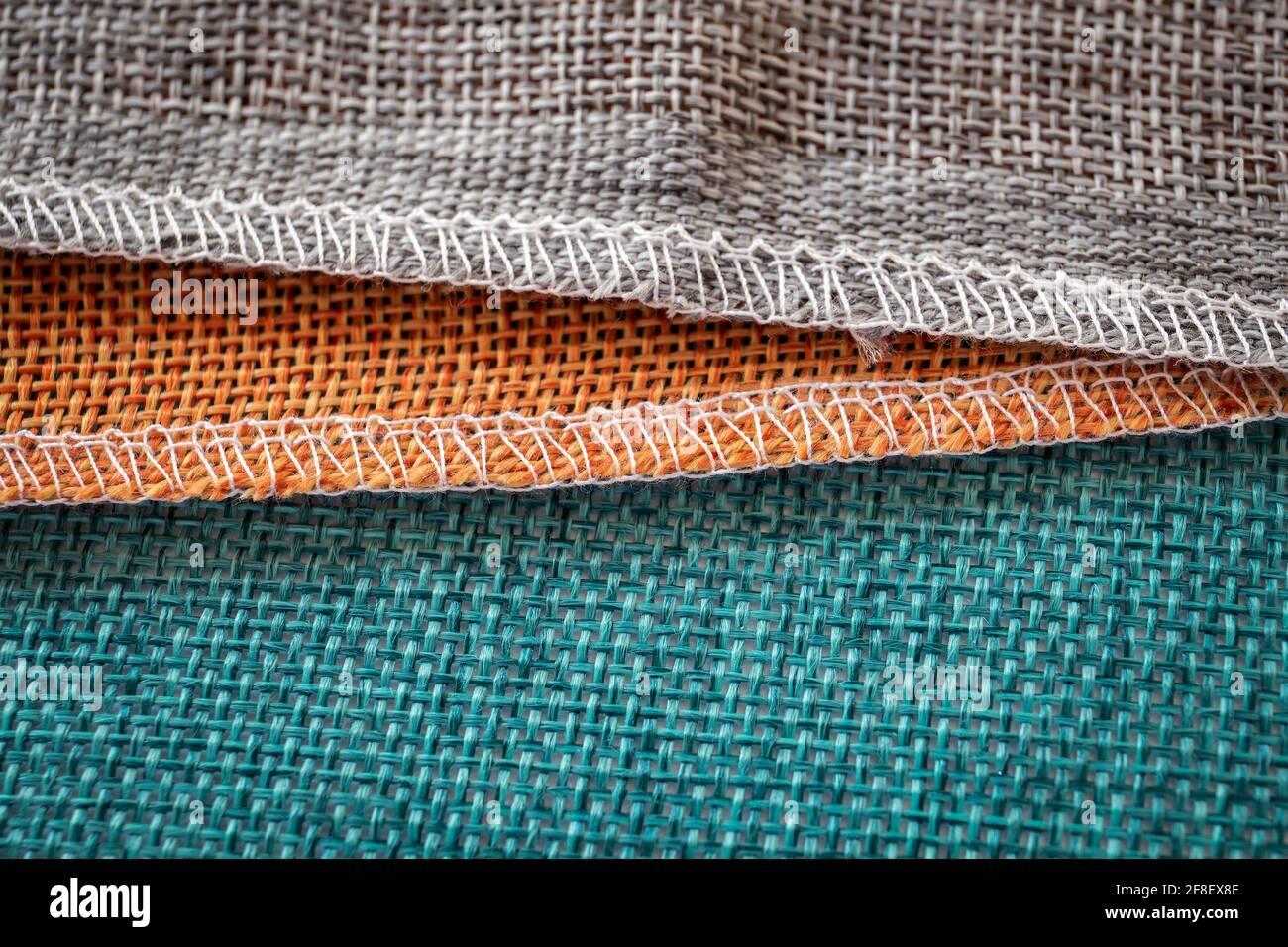 Tessuti arancio, verde e marrone. Tessuto per decorazione, sfondi e opere creative. Foto Stock