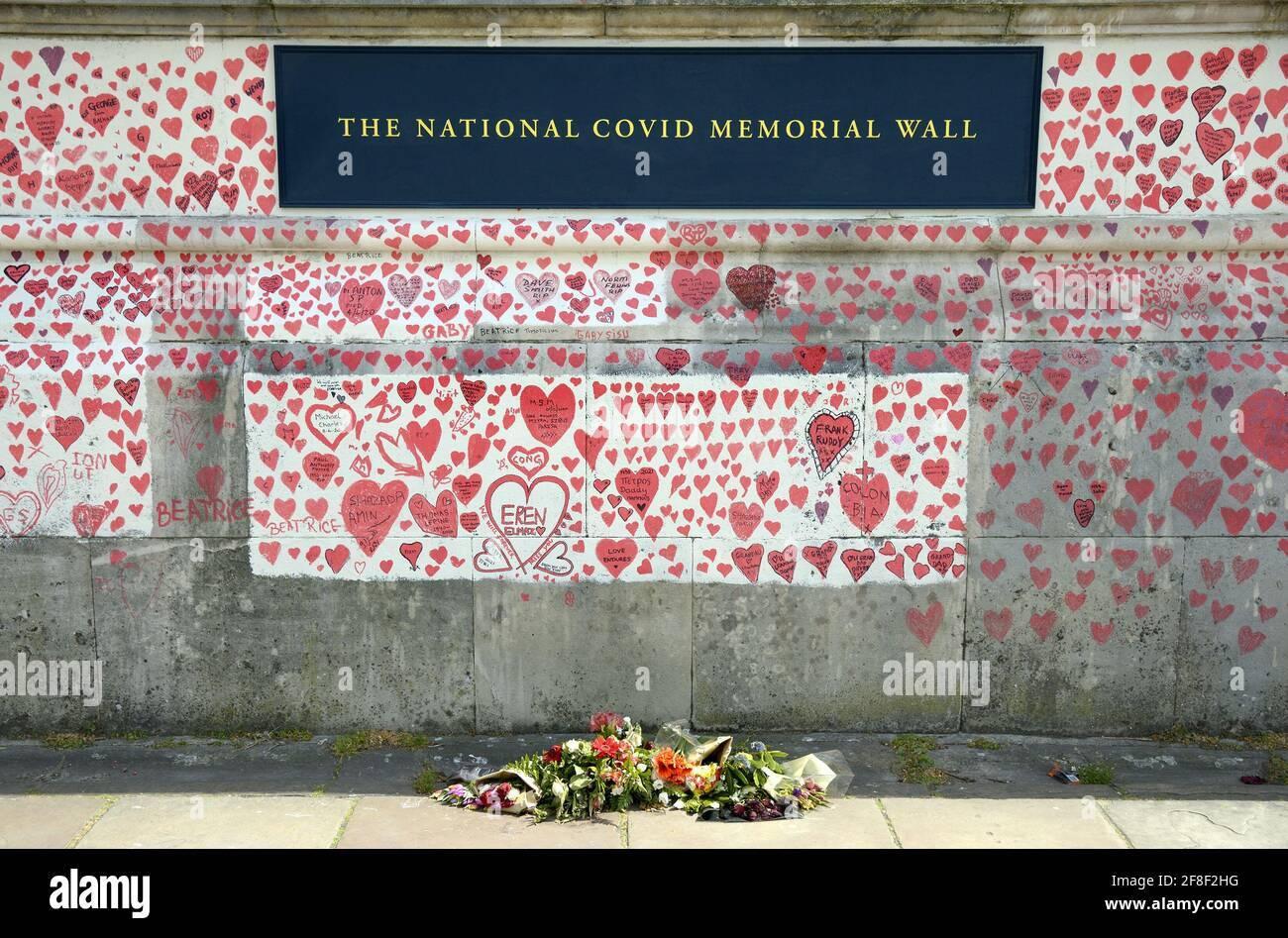 Londra, Inghilterra, Regno Unito. National Covid Memorial Wall lungo il Tamigi Embankment, di fronte al Parlamento, c150mila cuori commemorando gli li Foto Stock