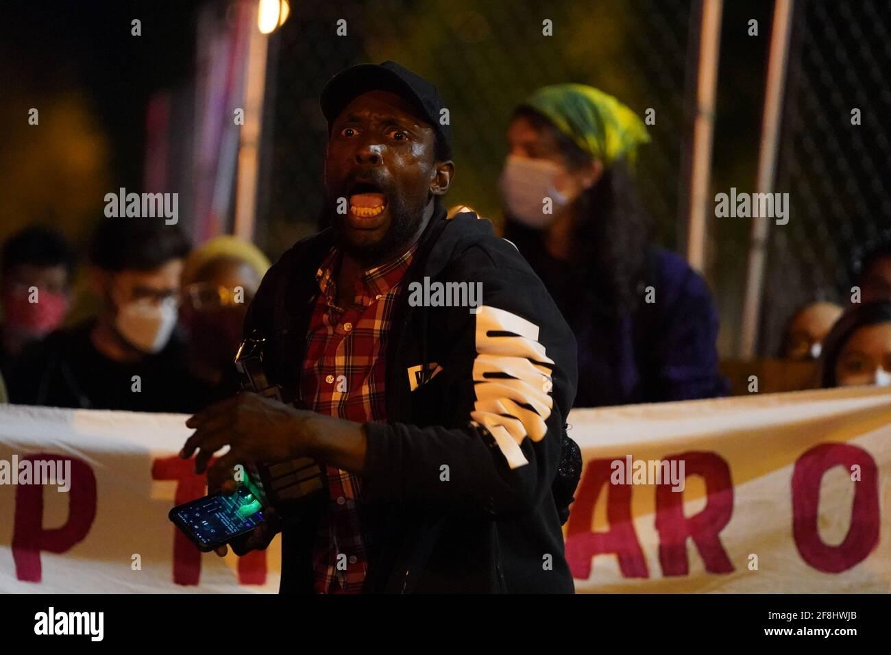 Philadelphia, Stati Uniti. 13 Apr 2021. Un manifestante grida durante una protesta di Justice for Daunte Wright a Philadelphia, USA. Daunte Wright era un uomo nero di 20 anni che fu ucciso e ucciso da un agente di polizia a Brooklyn Center, Minnesota, il 11 aprile. Credit: Chase Sutton/Alamy Live News Foto Stock