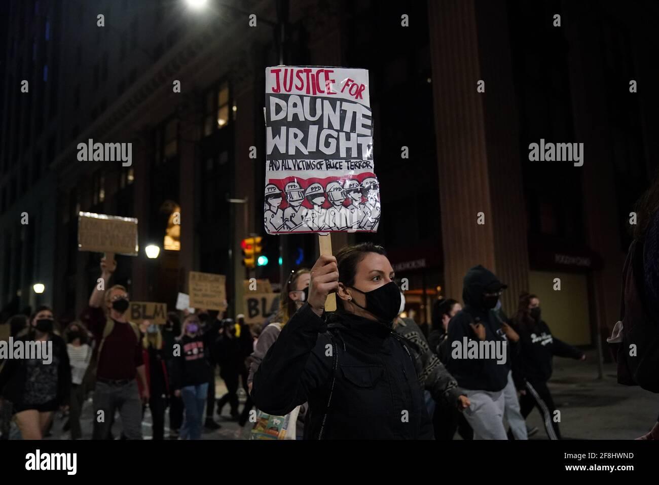 Philadelphia, Stati Uniti. 13 Apr 2021. Un dimostratore marciò mentre tiene un segno durante una protesta di Justice for Daunte Wright a Philadelphia, USA. Daunte Wright era un uomo nero di 20 anni che fu ucciso e ucciso da un agente di polizia a Brooklyn Center, Minnesota, il 11 aprile. Credit: Chase Sutton/Alamy Live News Foto Stock