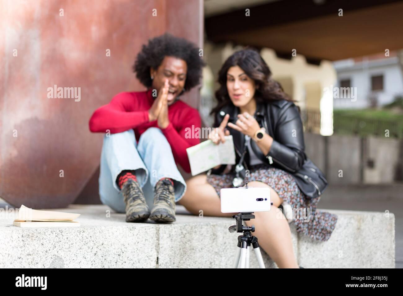 Coppia di blogger che registrano contenuti per i loro abbonati all'aperto. Concetto di viaggio. Messa a fuoco selettiva. Foto Stock