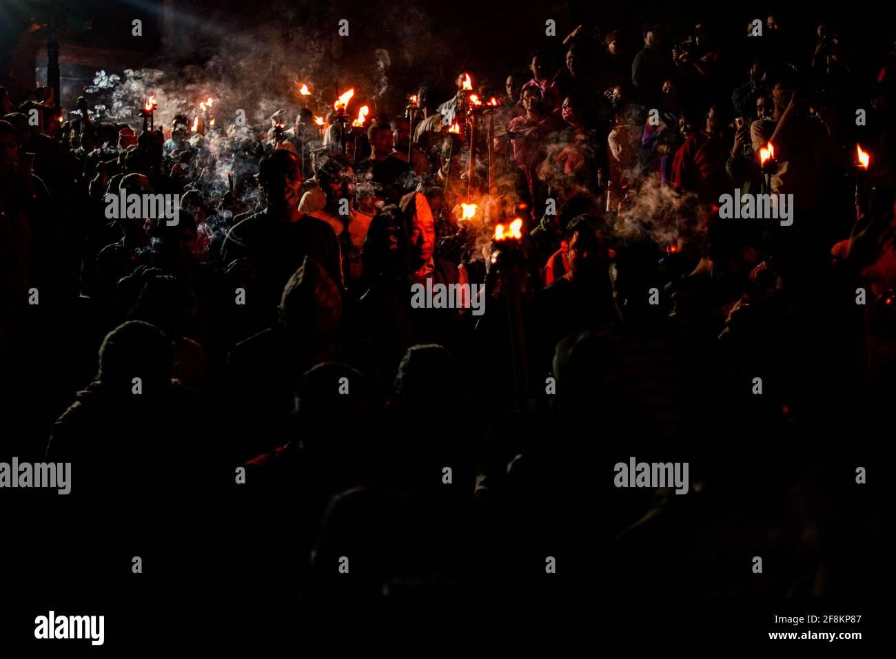 Bhaktapur, Nepal. 15 Aprile 2021. I devoti nepalesi portano le tradizionali torce che partecipano alla processione intorno alla città antica per offrire preghiere durante Biska Jatra il giorno della festa indoor, per accogliere l'arrivo della primavera e il nuovo anno nepalese a Bhaktapur, Nepal, giovedì 15 aprile 2021. Credit: Skanda Gautam/ZUMA Wire/Alamy Live News Foto Stock