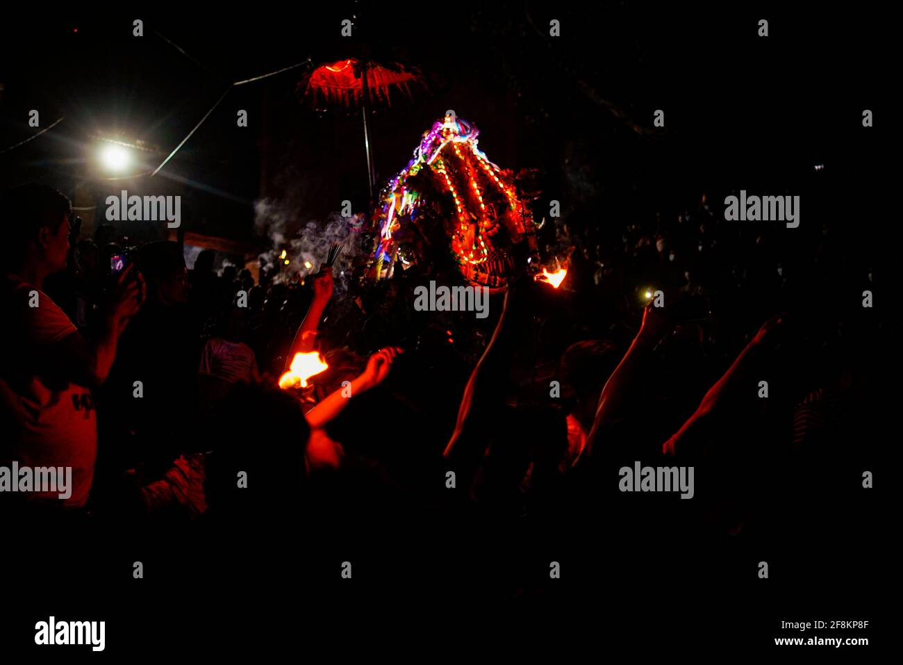 Bhaktapur, Nepal. 15 Aprile 2021. I festaioli nepalesi portano un carro durante Biska Jatra il giorno del festival indoor, per accogliere l'arrivo della primavera e del nuovo anno nepalese a Bhaktapur, Nepal, giovedì 15 aprile 2021. Credit: Skanda Gautam/ZUMA Wire/Alamy Live News Foto Stock