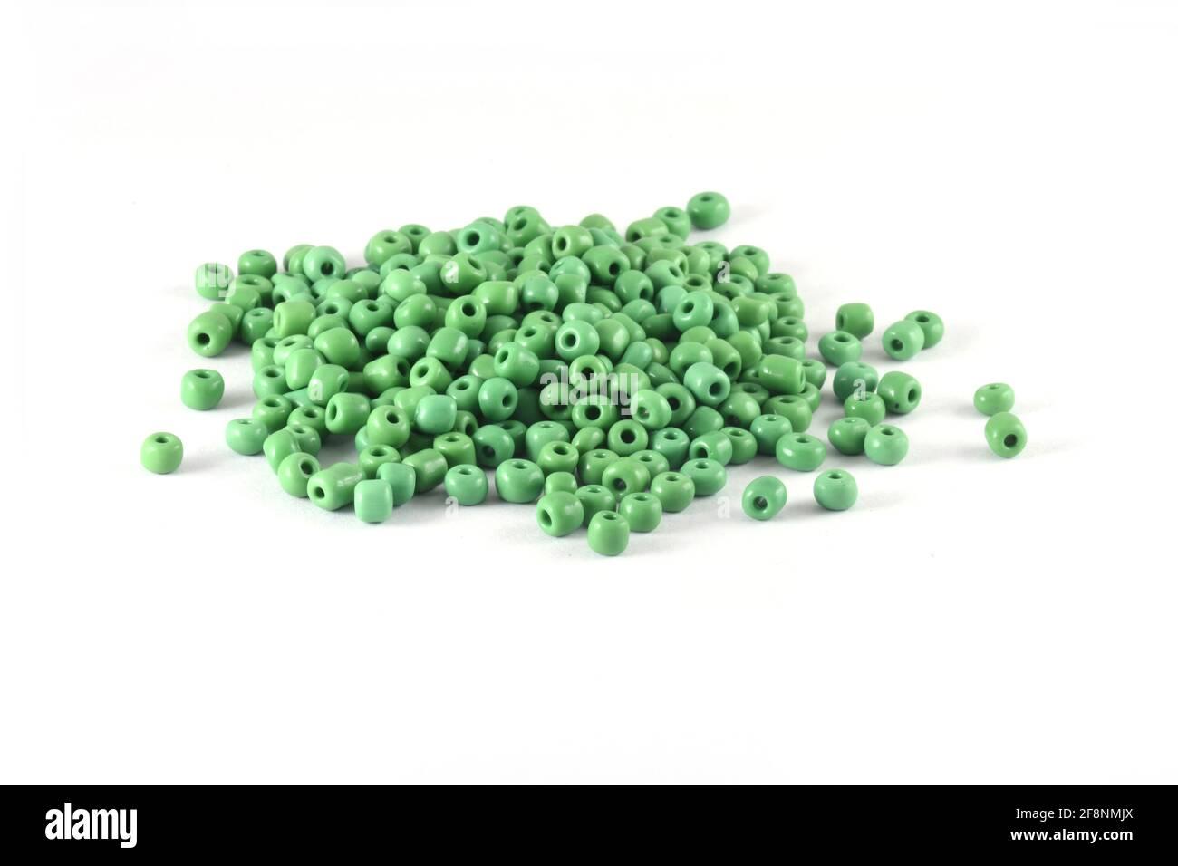 Perline sparse su sfondo bianco primo piano, macro, fare collana di perline o perline crochet Daily Beading Foto Stock